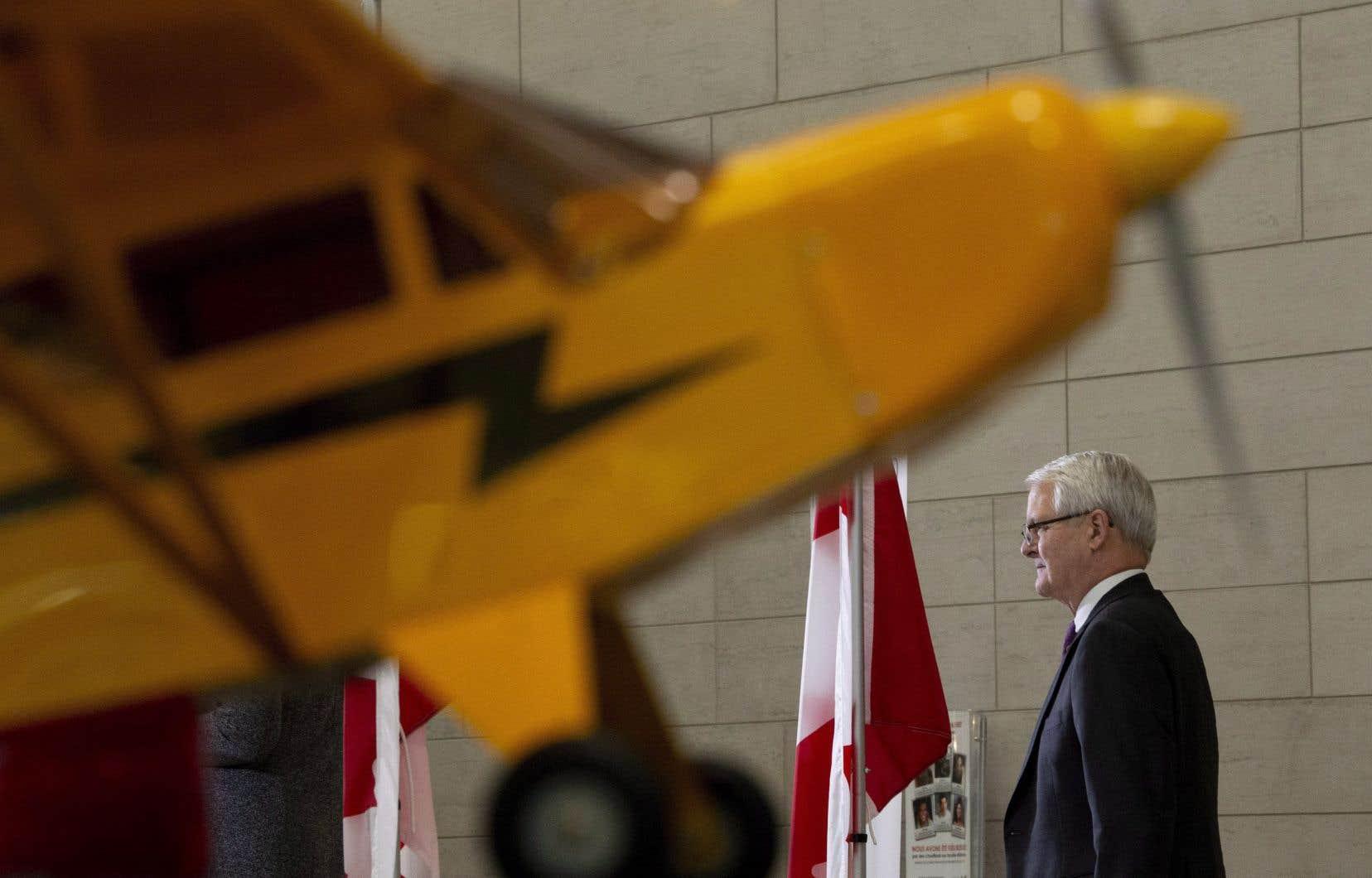 Le ministre canadien des Transports, Marc Garneau, a officiellement autorisé le Père Noël à décoller pour faire le tour du monde.