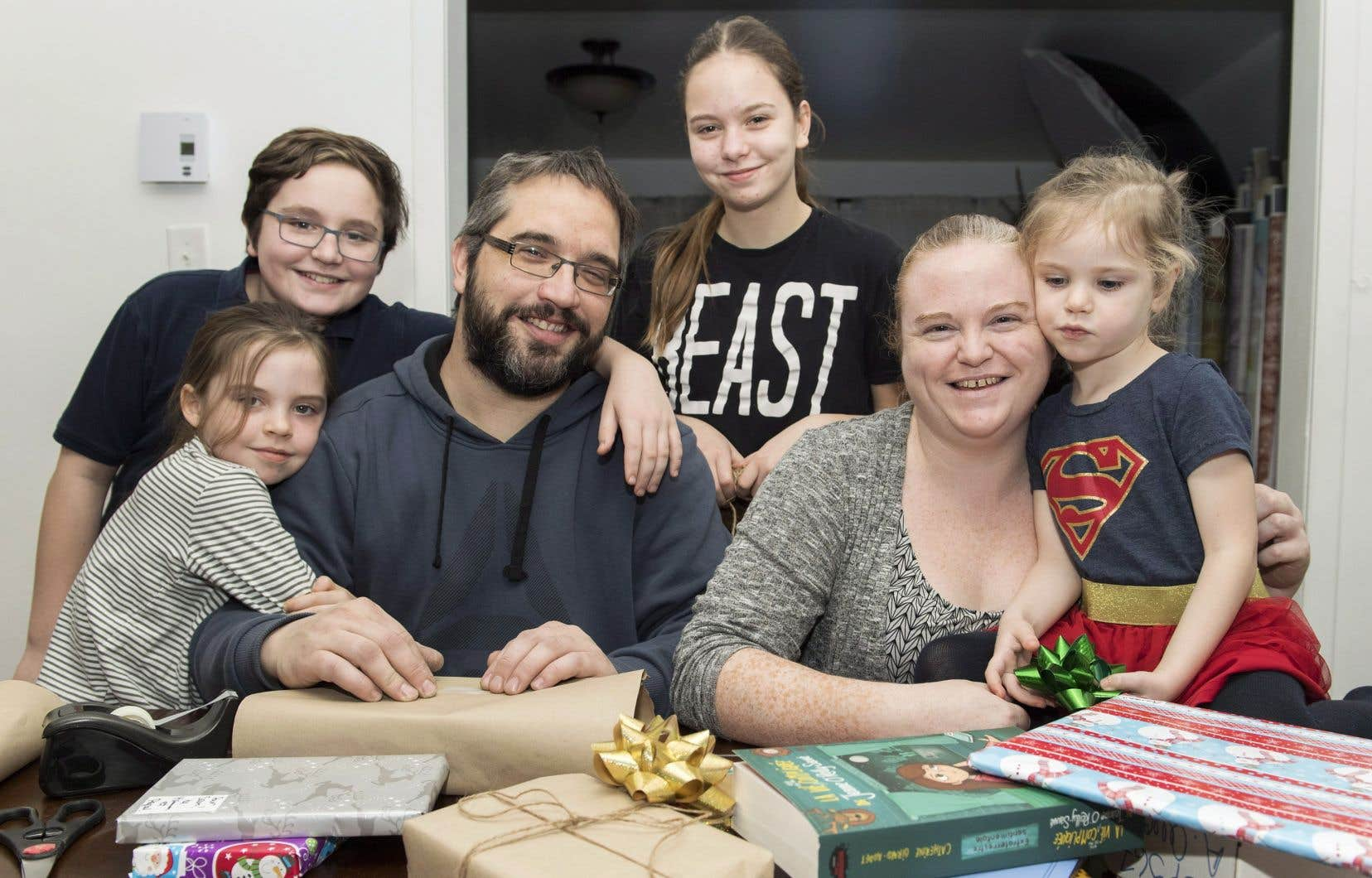 Lauriane, Samuel, Rosalie et Léa, dont les âges varient entre 14 et 3 ans, recevront à Noël des livres, des jouets en bois ou en tissu, ou des activités.