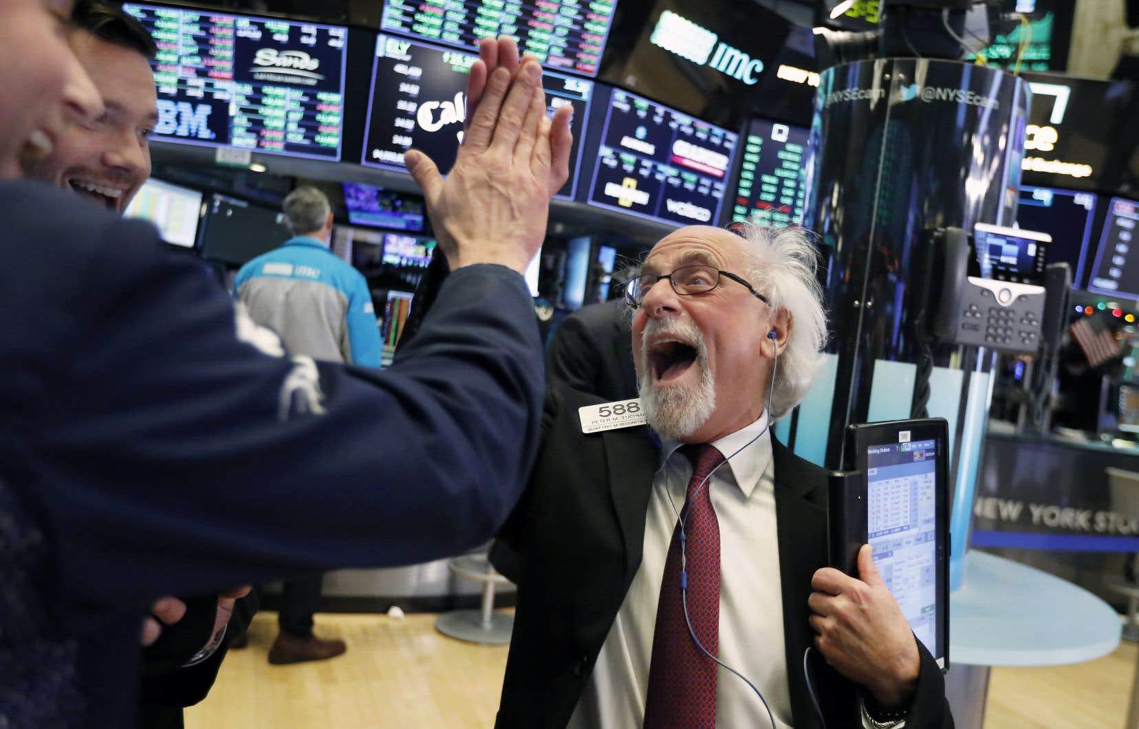 Wall Street, où le spectre d'un marché baissier menace de s'installer, a connu mercredi des gains importants: alors que l'indice S&P 500 et le Dow Jones ont chacun avancé d'environ 5%, le Nasdaq a pris près de 6%.
