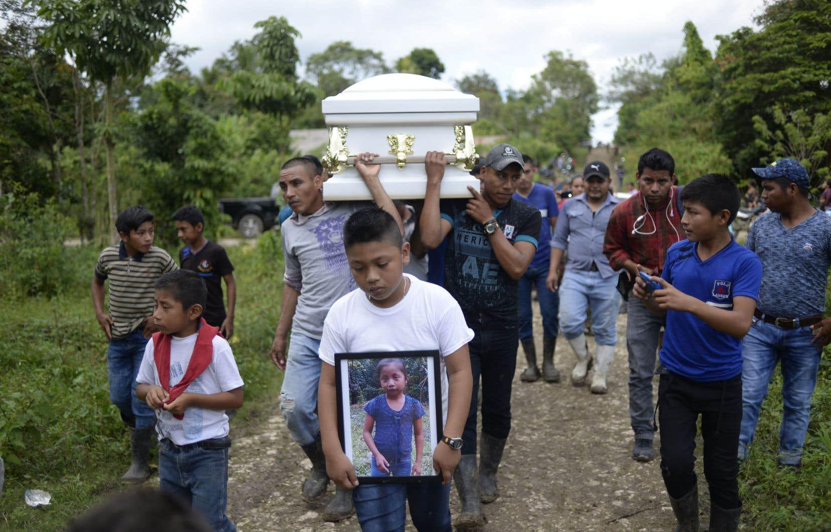 Ce nouveau drame survient quelques jours après le décès de Jakelin Caal, sept ans, enterrée mardi dans son pays natal, au cimetière de San Antonio Secortez (Guatemala).