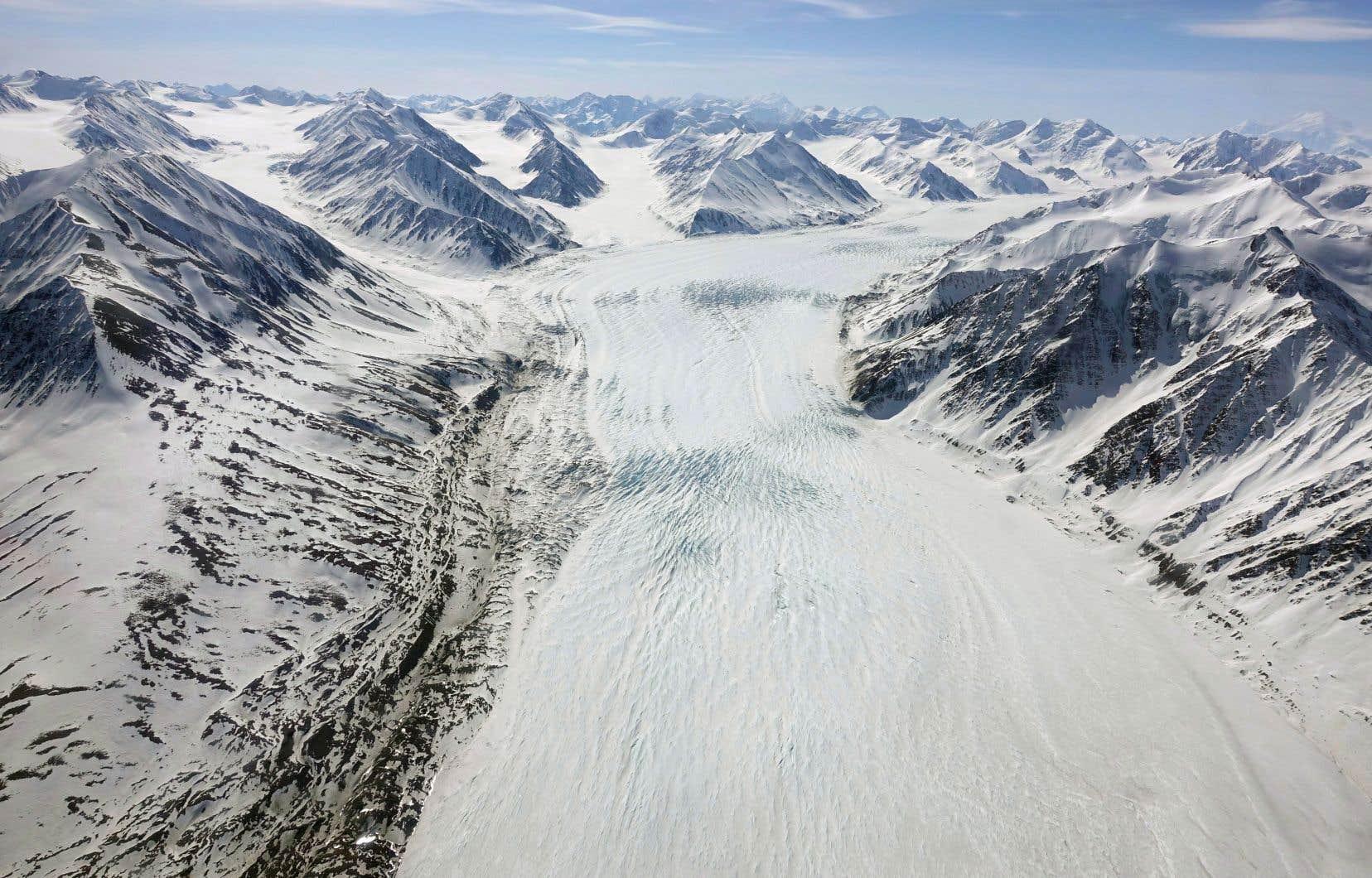Les glaciers de montagne, comme ceux des monts Saint-Élie, au Yukon, montrent les signes les plus précoces et les plus spectaculaires de perte de glace.