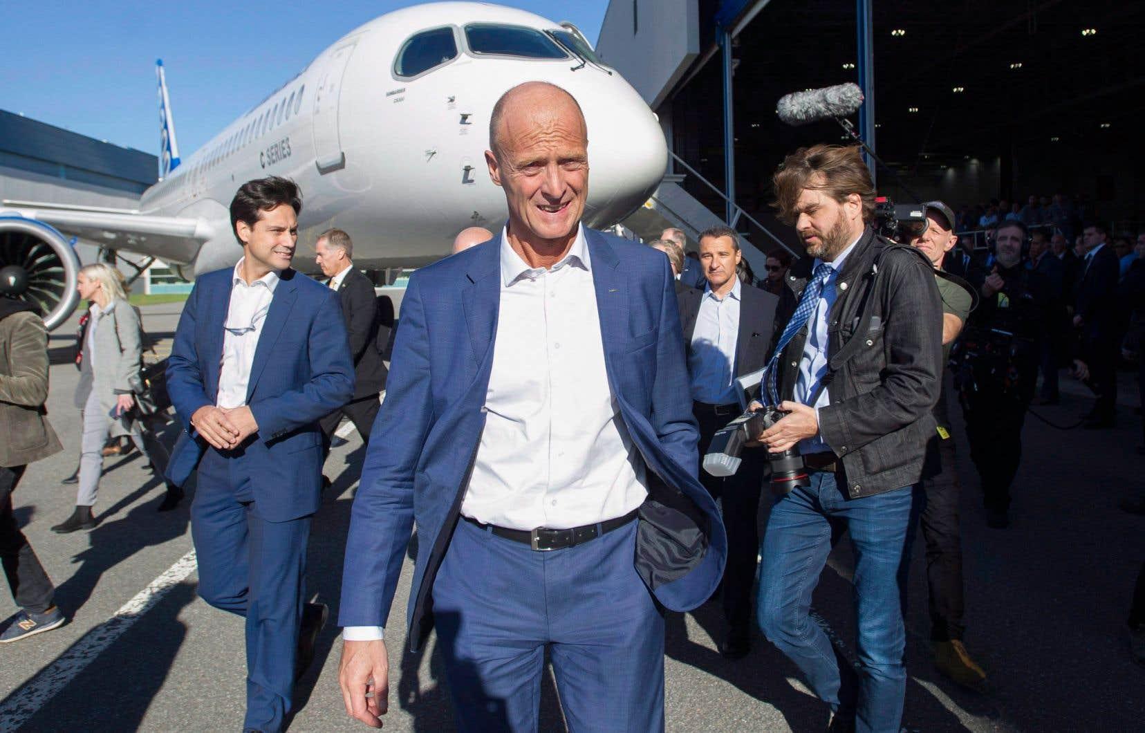 Le président d'Airbus, Tom Enders, devant un appareil CSeries de Bombardier. L'avionneur québécois a cédé le contrôle de cette gamme d'appareils à l'entreprise française en 2018.