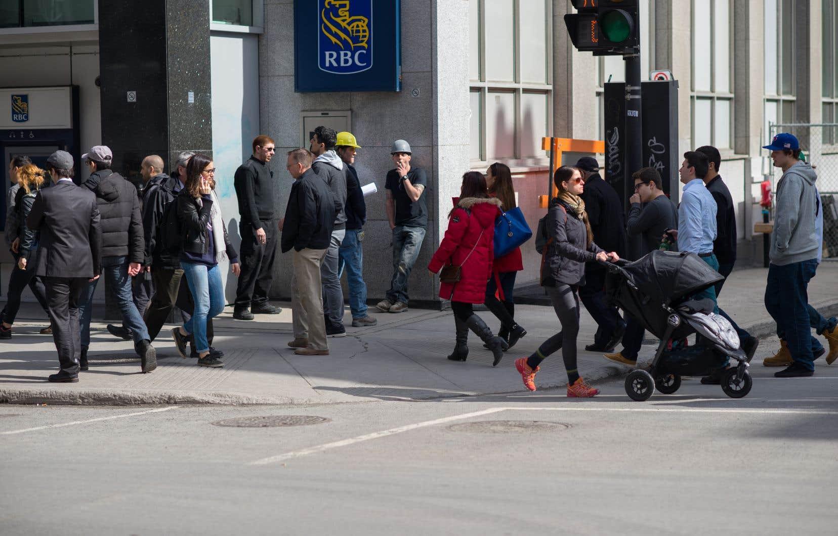 Les Canadiens se disent inquiets du coût de la vie, de la faiblesse du dollar canadien et de la hausse des taux d'intérêt.