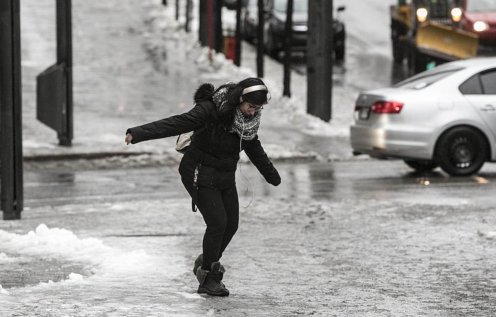 Dans la grande région de Montréal, la pluie verglaçante a rendu la chaussée et les trottoirs très glissants par endroits.