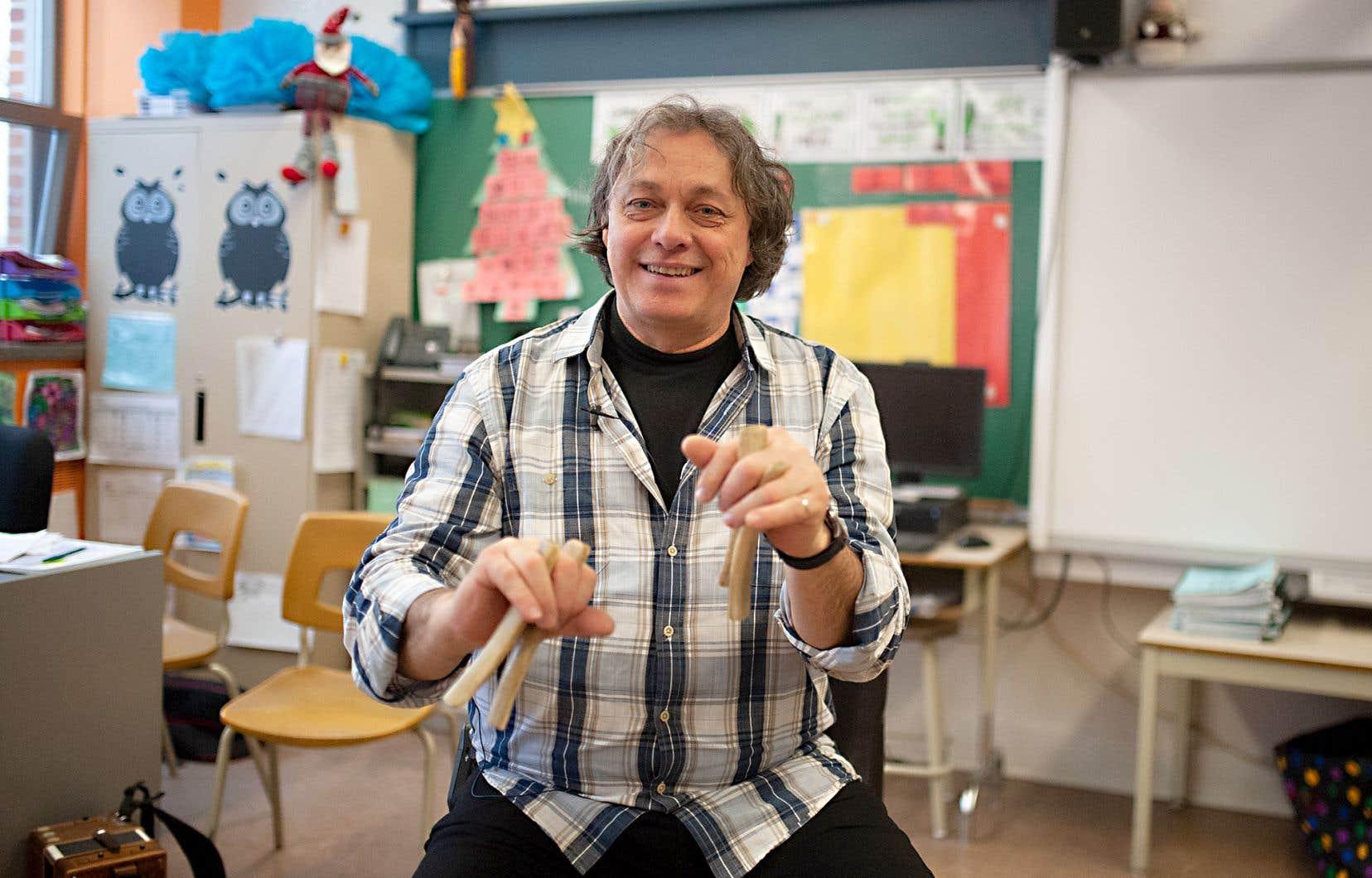 Benoît Bourque enseigne notamment la pratique musicale des osselets à des élèves de l'école primaire Saint-Jean-Bosco, à Sorel-Tracy.