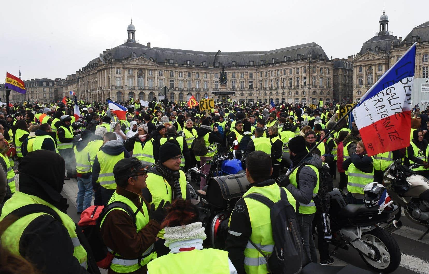 À Paris, plusieurs manifestants vêtis de gilets jaunes ont dénoncé le travail de «journalistes collabos».