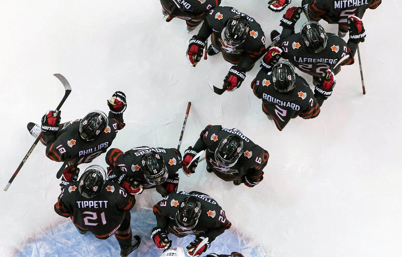 L'équipe canadienne célébrant sa victoire de samedi contre la République tchèque