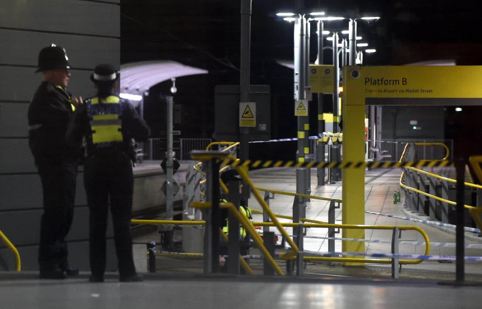 Après l'arrestation de l'agresseur, des policiers de la BTP restaient déployés dans la gare, ainsi que d'autres agents de la police de Manchester et des secouristes.