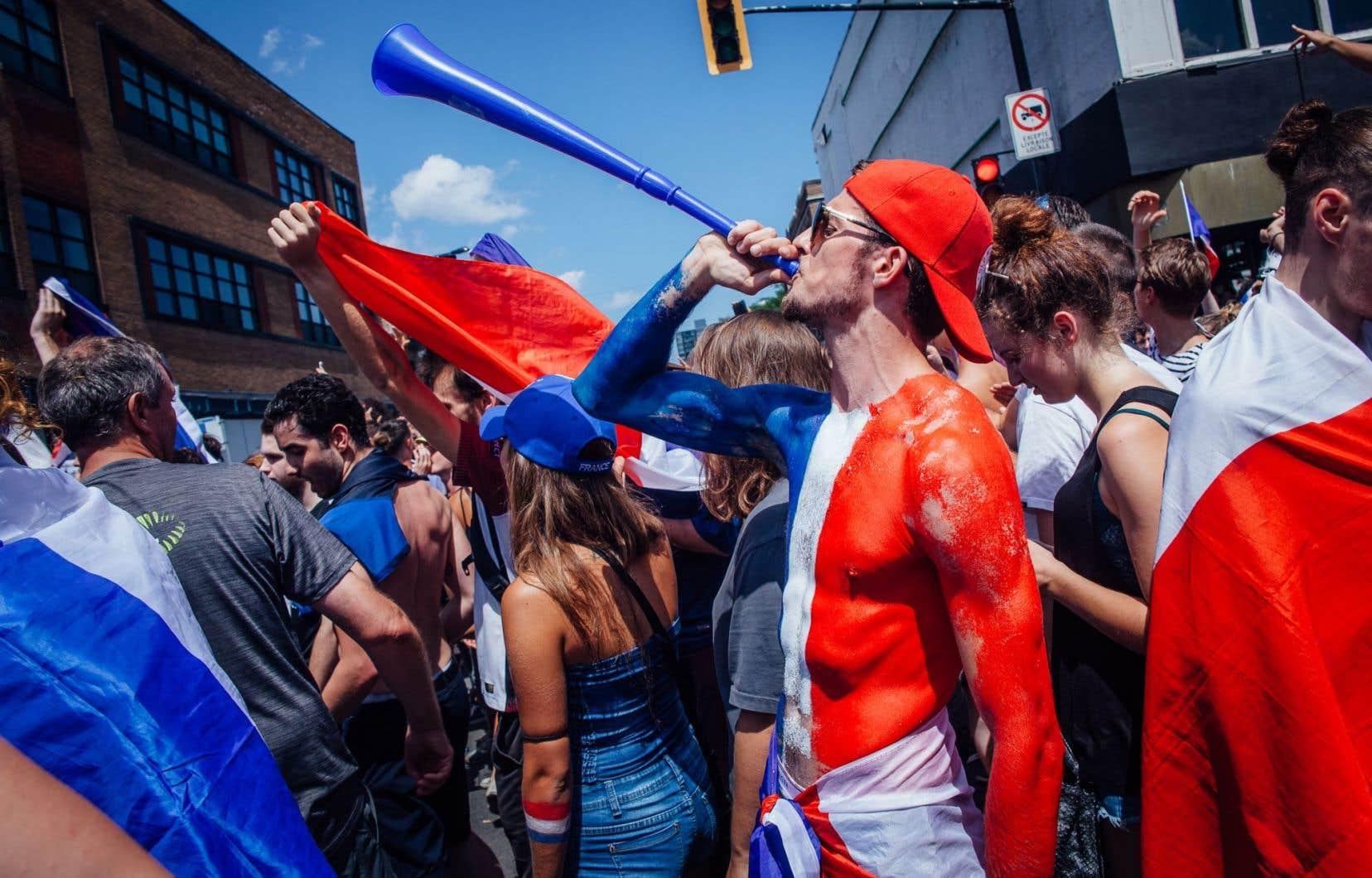 Des partisans français, claironnant après la victoire de leur équipe, qui a vaincu la Croatie 4-2 en finale de la Coupe du monde.
