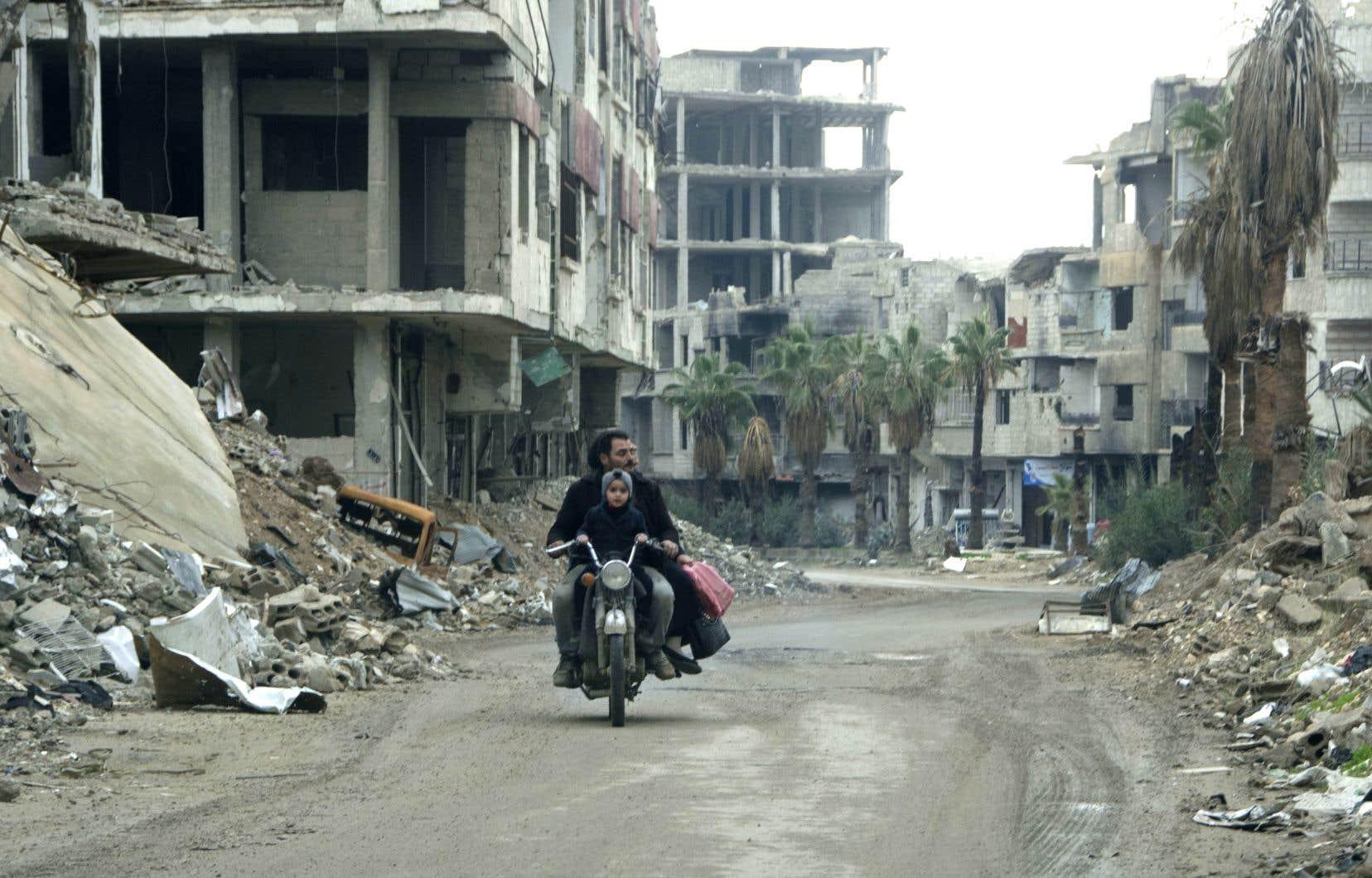 Avec plus de 360 000 morts, des millions de Syriens poussés à la fuite et des destructions colossales, la guerre a laissé le pays, toujours morcelé, quasiment en ruine.