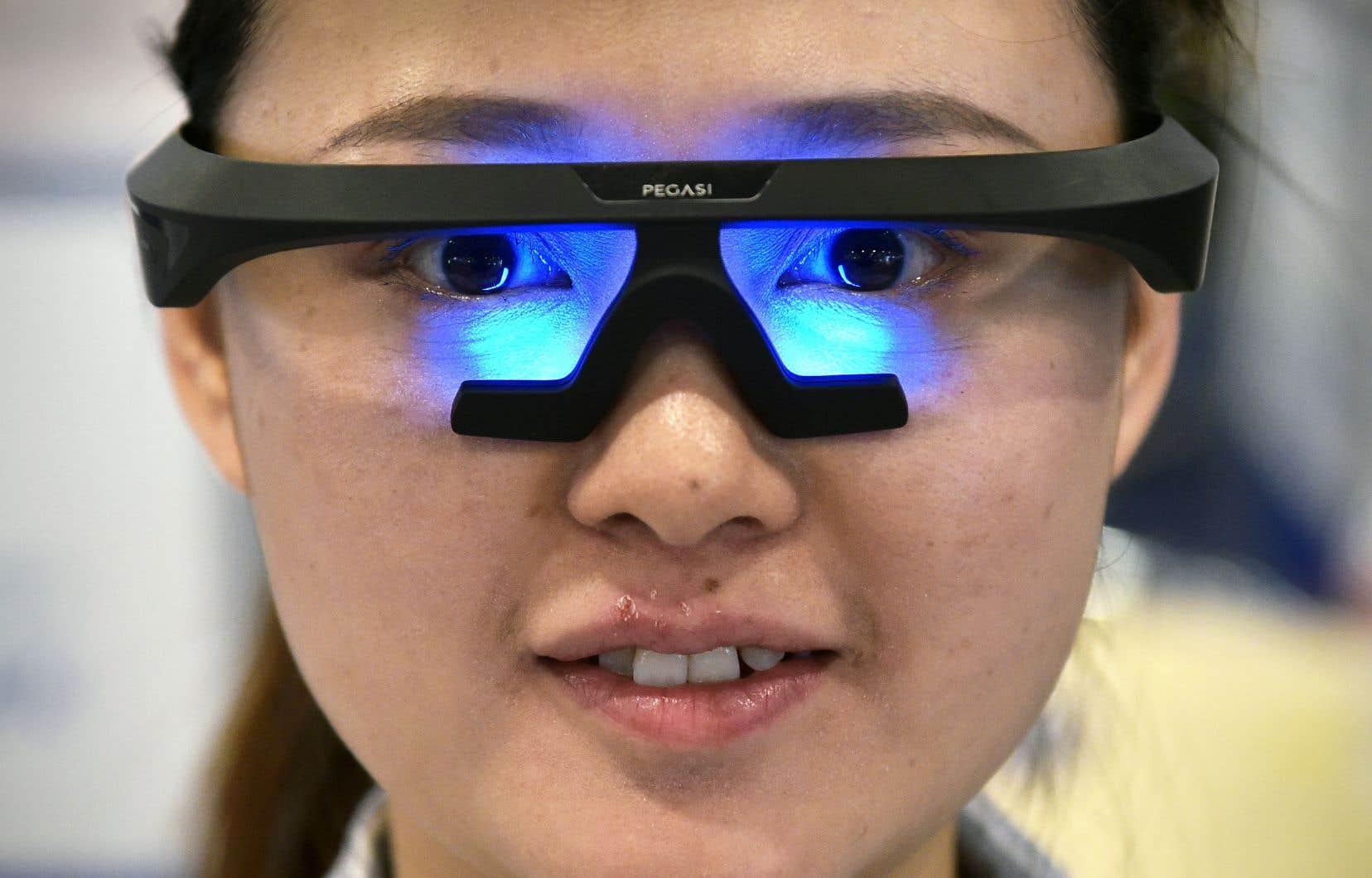 Une exposante présentant le produit Pegasi Smart Sleep Glasses au Consumer Electronics Show, l'an dernier. Le salon de cette année se déroulera dans un climat particulier après une série de scandales et de controverses, en particulier sur la gestion des données personnelles.