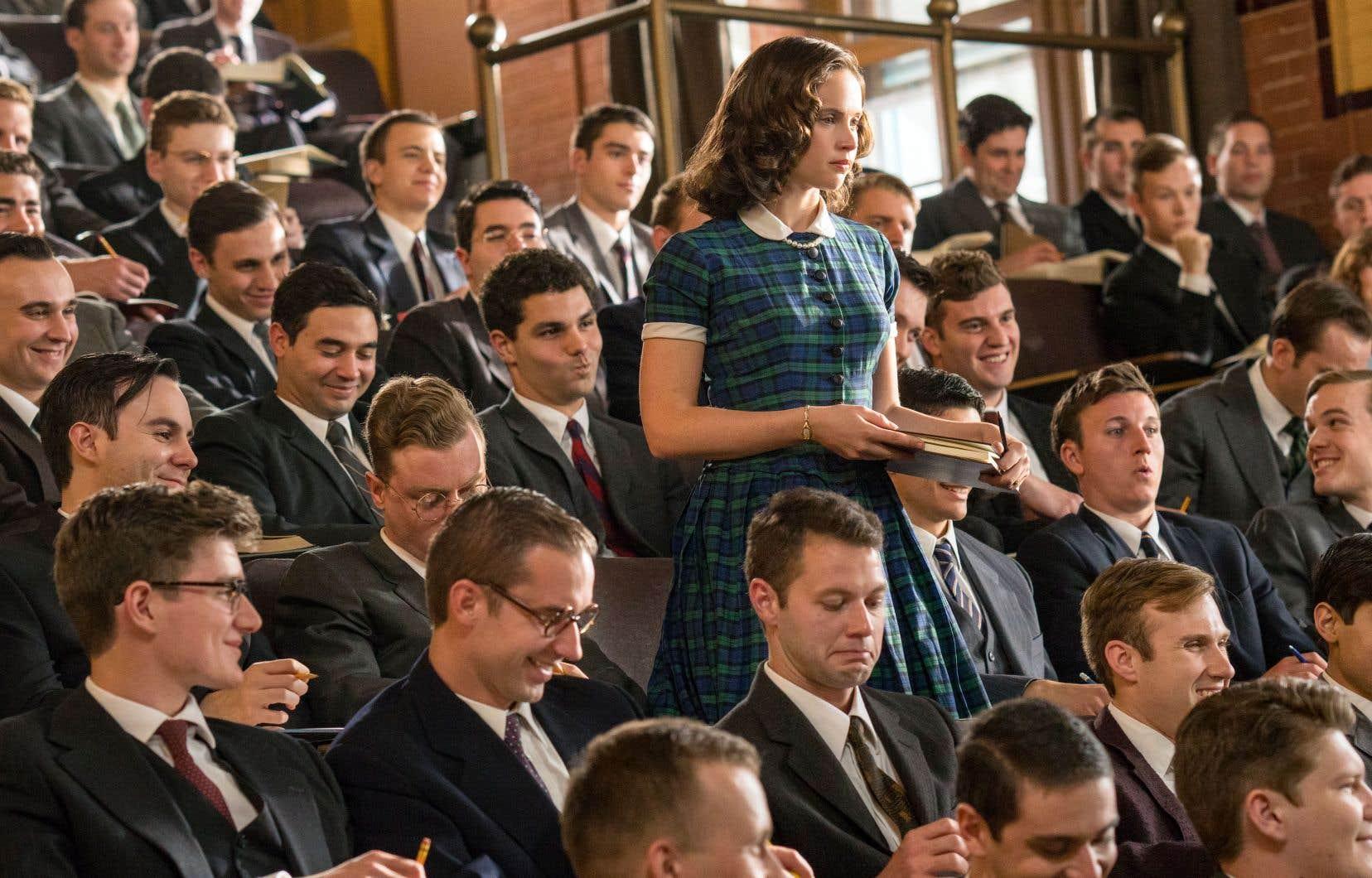 La trame débute alors que la future juge de la Cour suprême Ruth Bader Ginsburg amorce ses études à l'Université de Harvard, dont la Faculté de droit a l'apparence d'une mer d'hommes costumés.