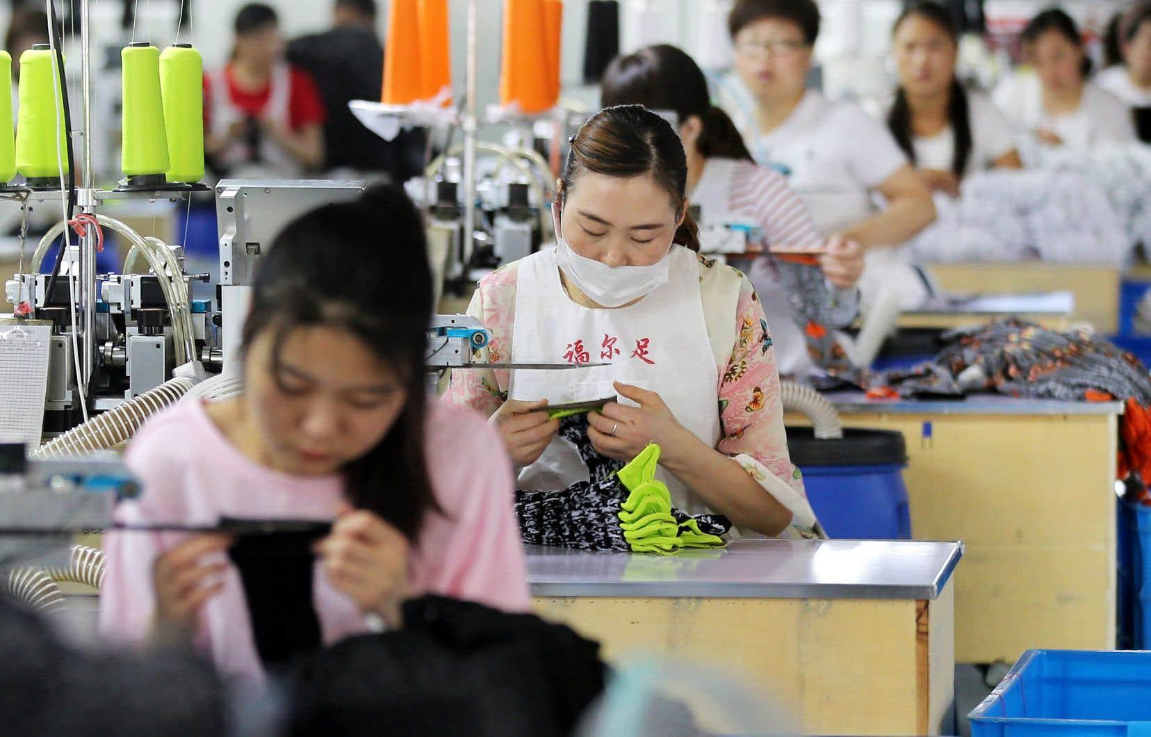 Des travailleuses fabriquent des chaussettes dans une usine de Huaibei, dans la province de l'Anhui.