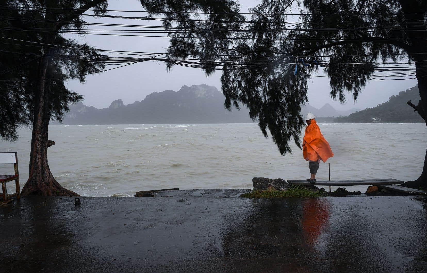 Des pluies torrentielles et des vents violents devraient déferler sur plus d'une douzaine de provinces.