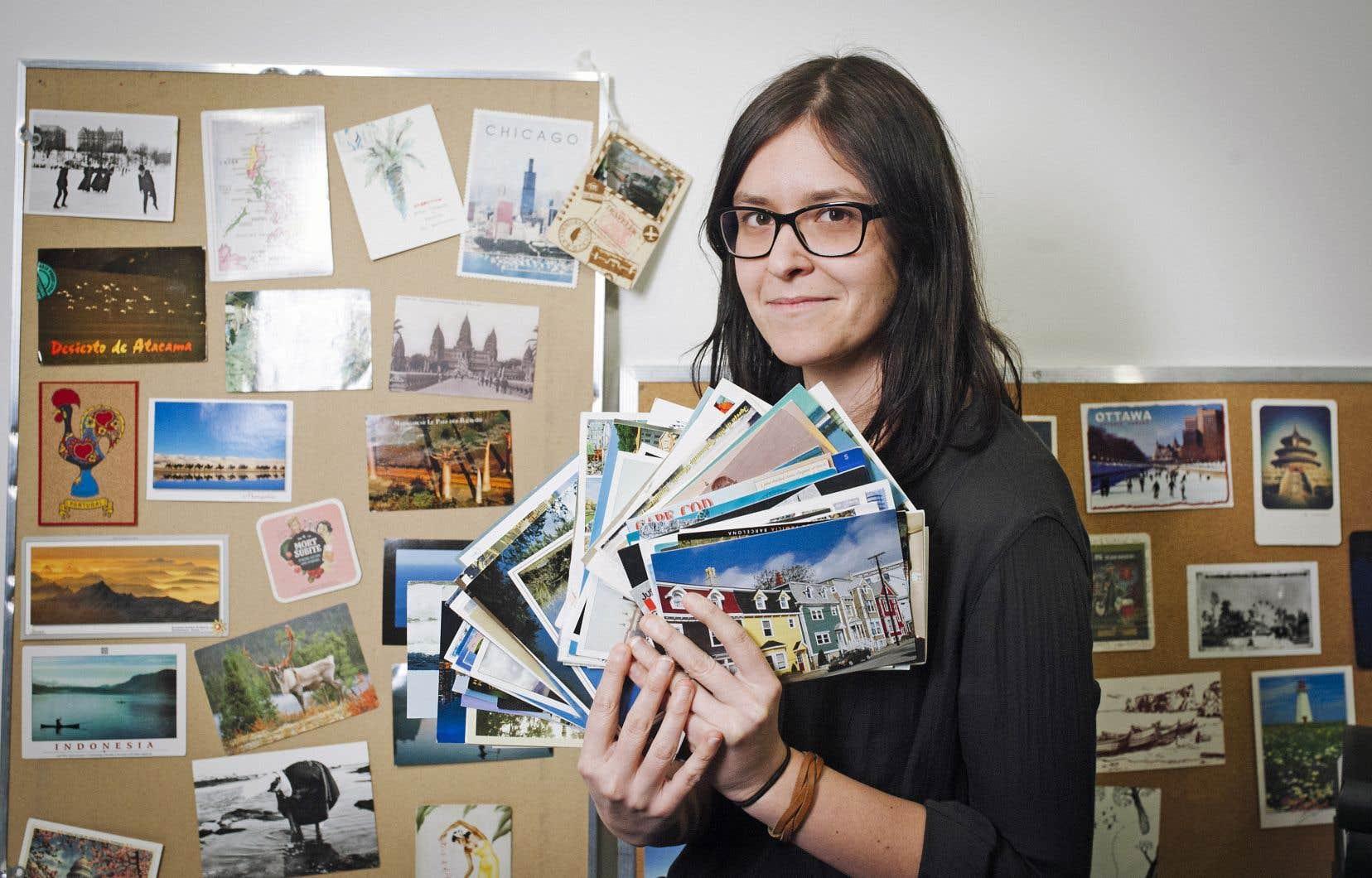 J'ai désormais l'habitude de lire de l'étonnement dans les yeux des employés des postes au moment d'acheter, pour des amis éparpillés sur trois continents, une soixantaine de timbres — car il en faut souvent deux par envoi.
