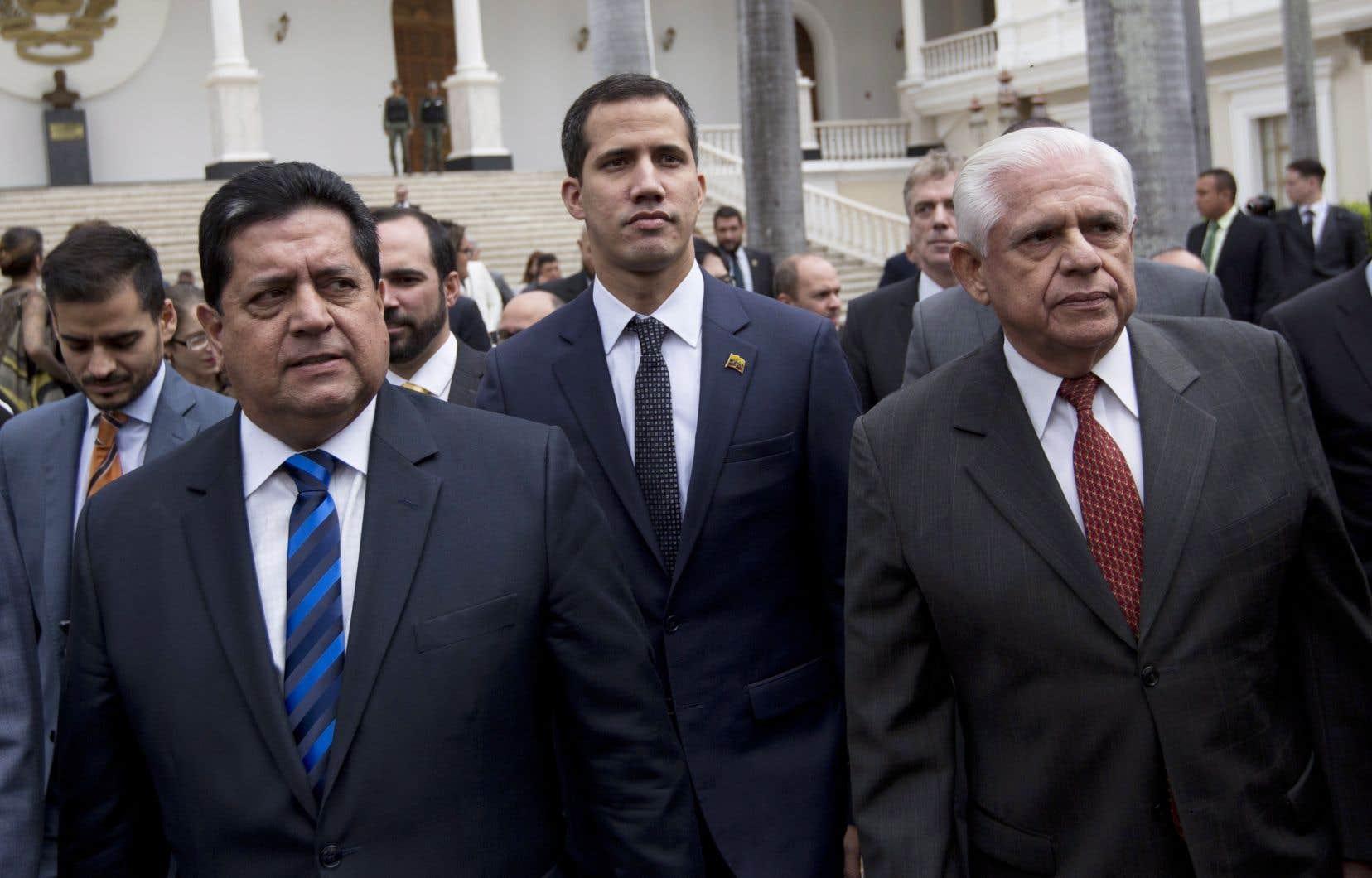 Le nouveau président de l'Assemblée nationale, Juan Guaido (au centre), s'est engagé à«mettre en place les conditions nécessaires à un gouvernement de transition et à convoquer des élections libres».