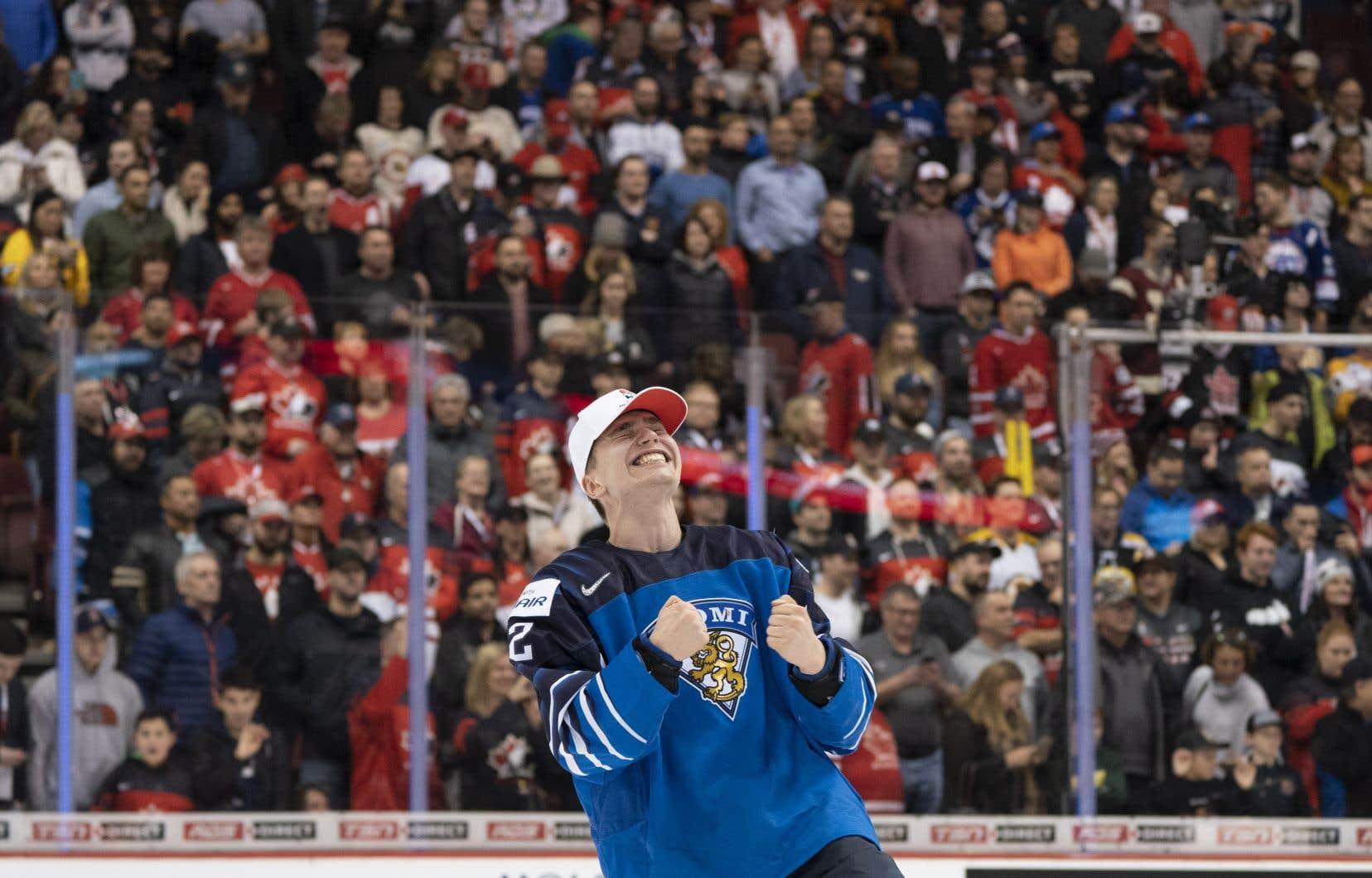 Le finlandais Santeri Virtanen célèbre la victoire de son équipe contre celle des États-Unis.