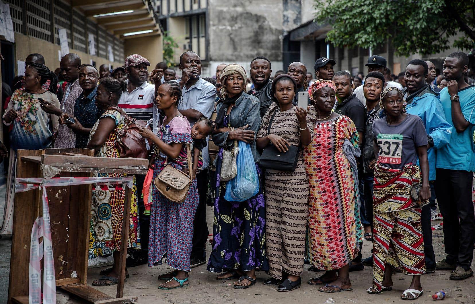 Des dizaines d'électeurs faisaient la file le 30décembre dernier devant un bureau électoral de la capitale de la République démocratique du Congo, Kinshasa, afin de se prononcer sur l'identité du prochain président de l'État africain.