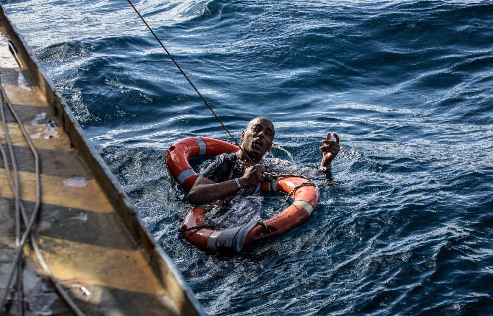Un migrant secouru le 4 janvier par l'équipage du navire allemand Sea-Watch aux larges des côtes maltaises