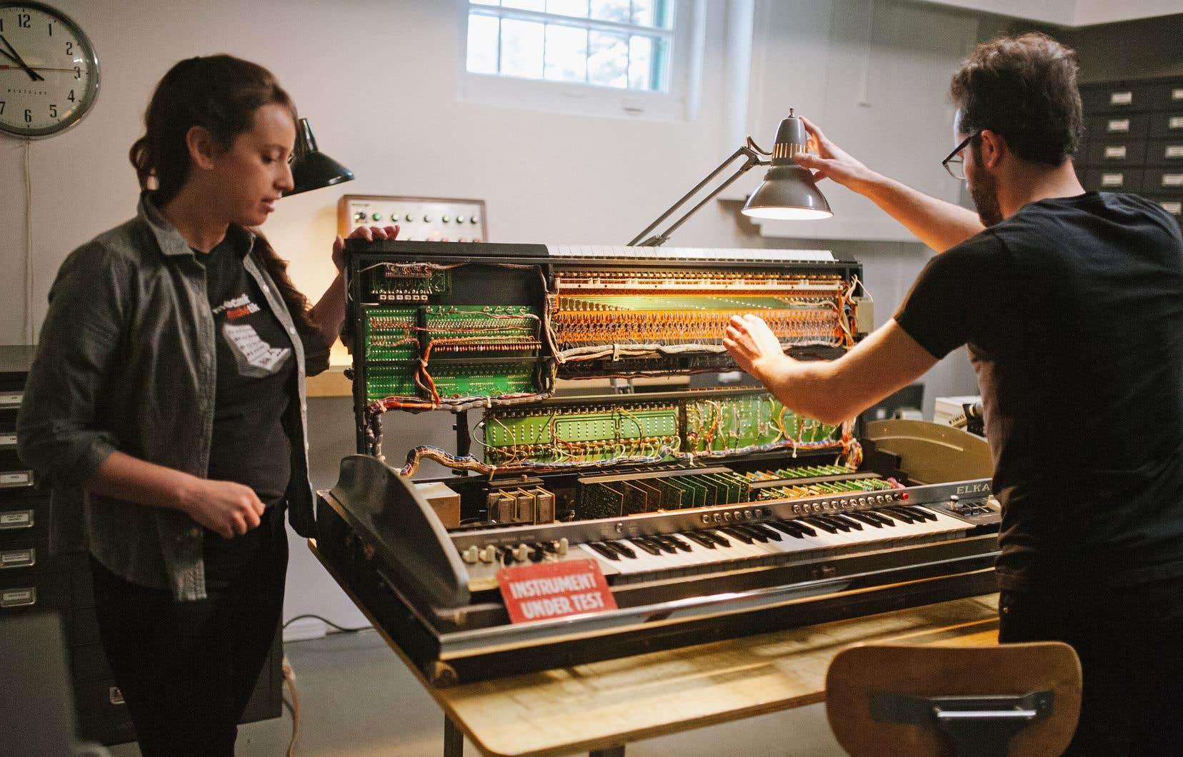 Guillaume Chabot et Véronique Lanthier ont passé une bonne partie de leur temps des Fêtes sur ce monstrueux Elka X705, un synthétiseur analogique fabriqué en Italie à la fin des années 1970.