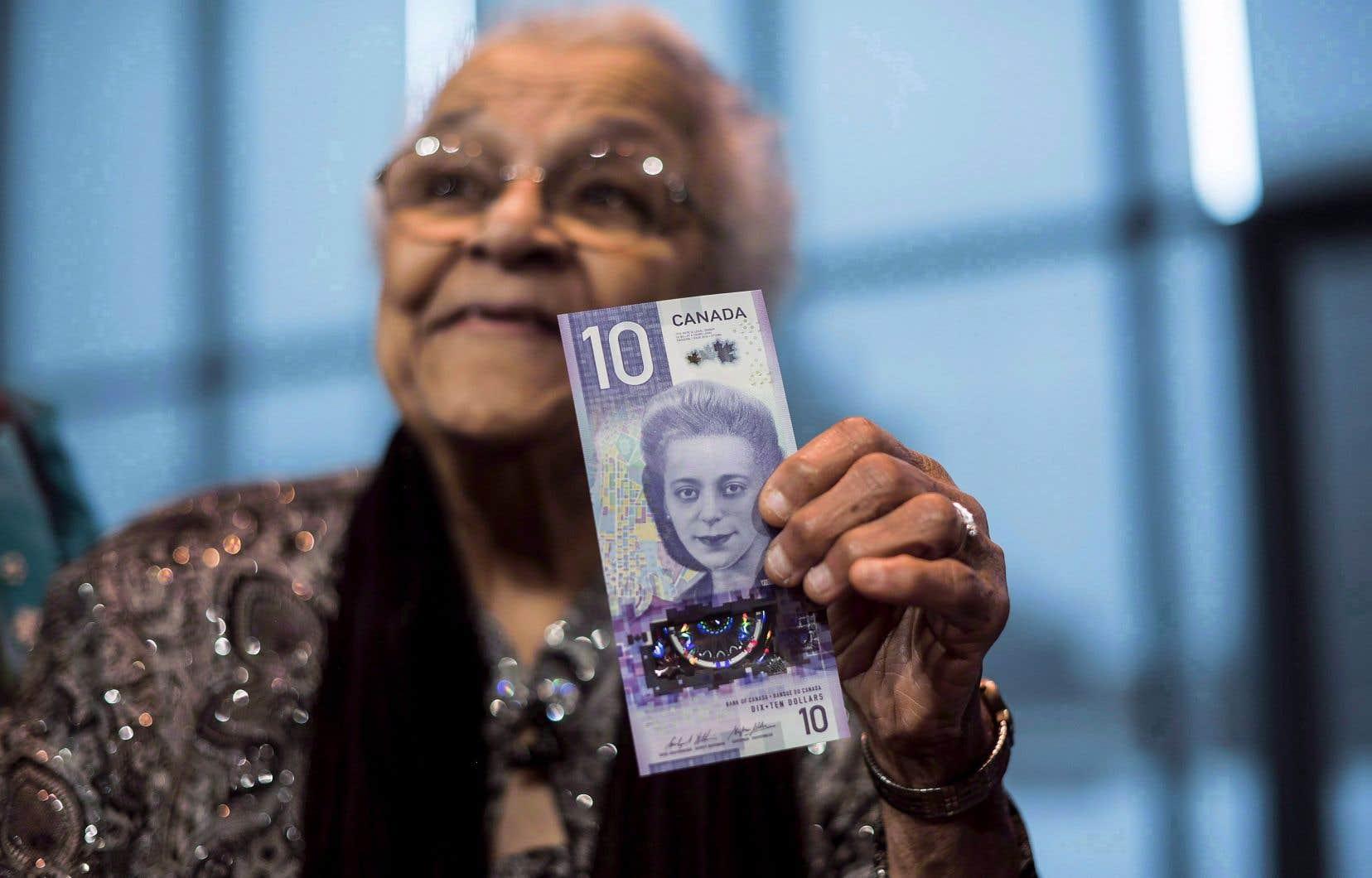 Contrairement aux autres billets en circulation, le portrait de Viola Desmond est présenté à la verticale sur le nouveau billet de 10$, qu'on voit ici dans les mains de la sœur de Mme Desmond, Wanda Robson.