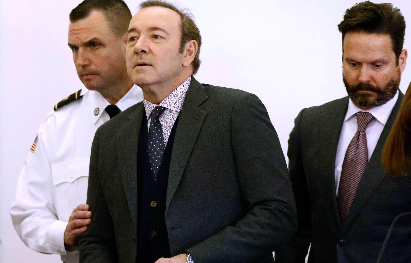 Kevin Spacey escorté à son entrée dans la salle du tribunal de Nantucket, lundi, avec son avovat Alan Jackson, à droite