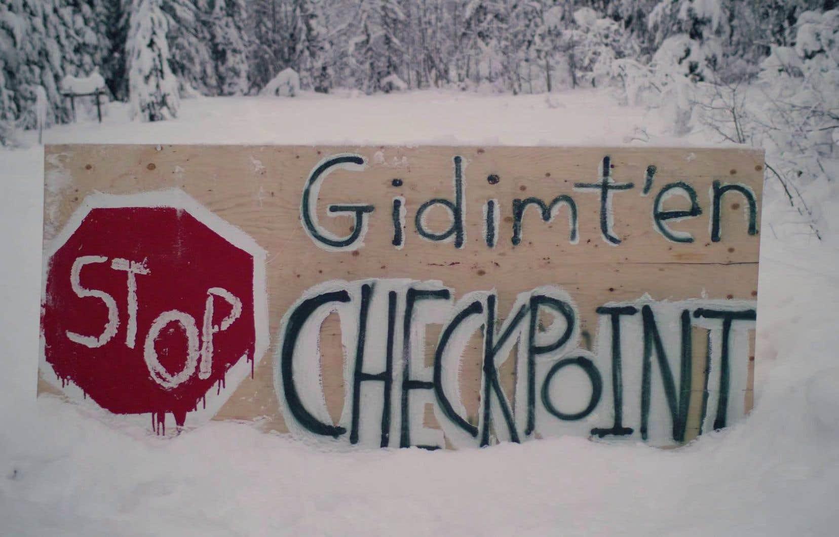 Une pancarte du clan Gidimt'en de la Première Nation Wet'suwet'en a étéplacée à l'un des points de blocage du chemin permettant l'accès au projet deCoastal GasLink.