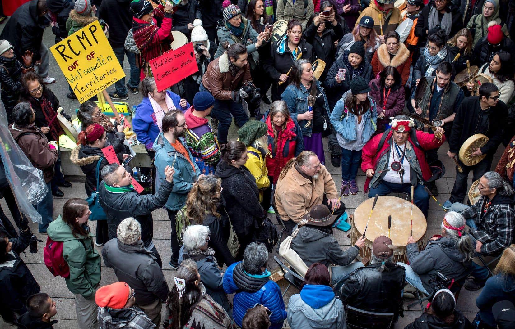 Des manifestants ont protesté contre l'arrestation lundi de militants autochtones.