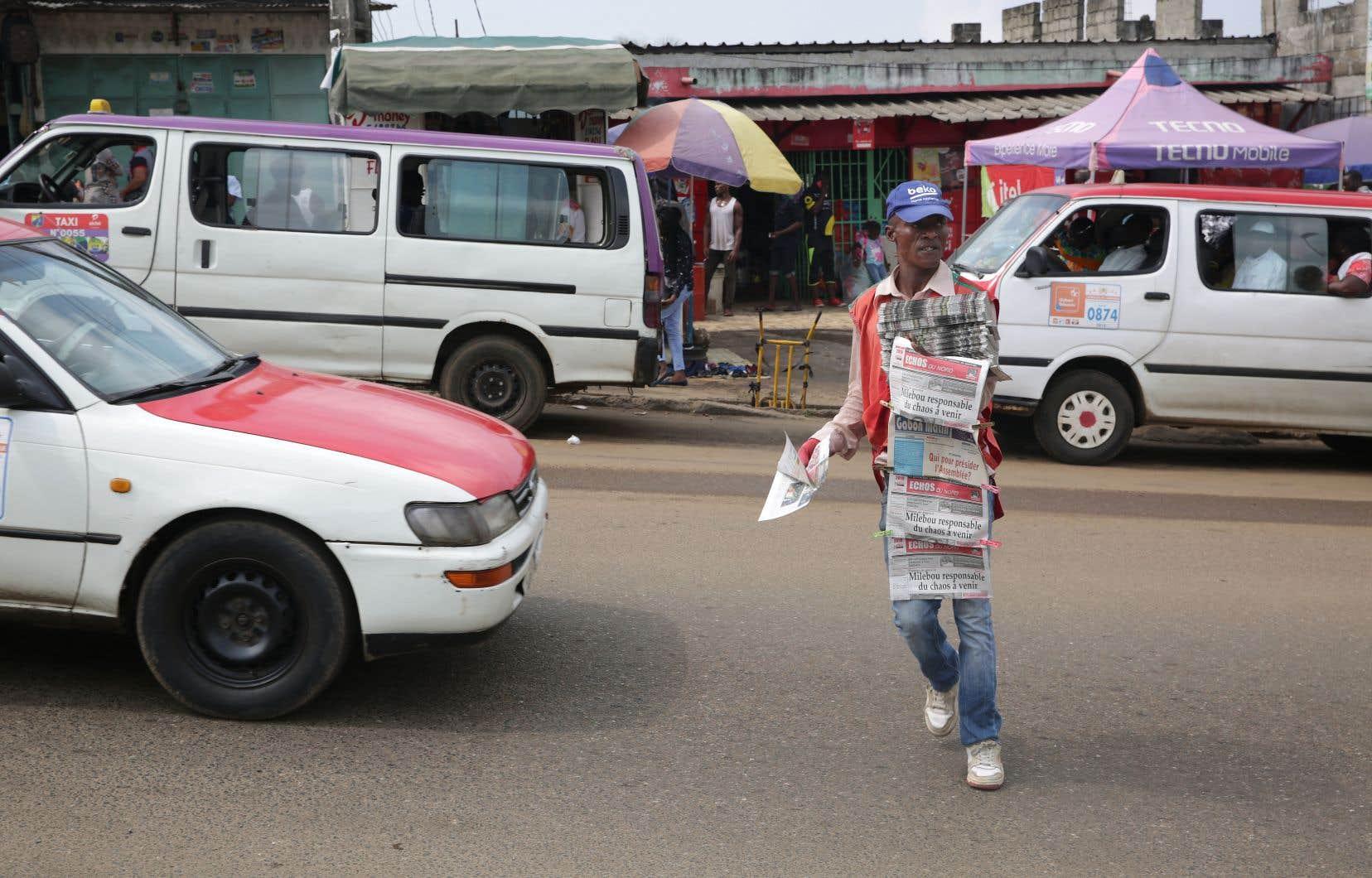 Cloîtrés chez eux, les Librevillois n'ont pu lundi s'en remettre qu'aux chaînes de télévision étrangères, la télévision d'État ayant été coupée dès lundi matin comme l'accès à Internet.