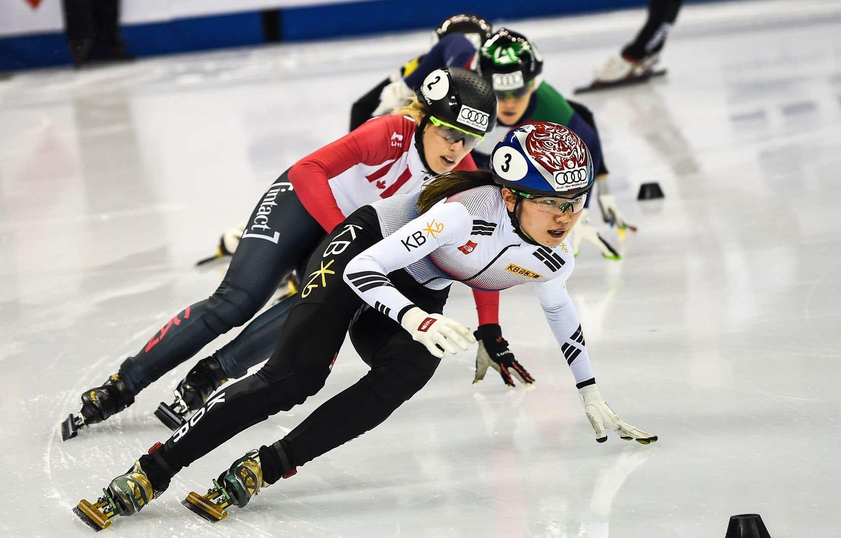 La Coréenne Shim Suk-hee devant la Québécoise Marianne St-Gelais dans une épreuve de Coupe du monde à Shanghai en novembre 2017
