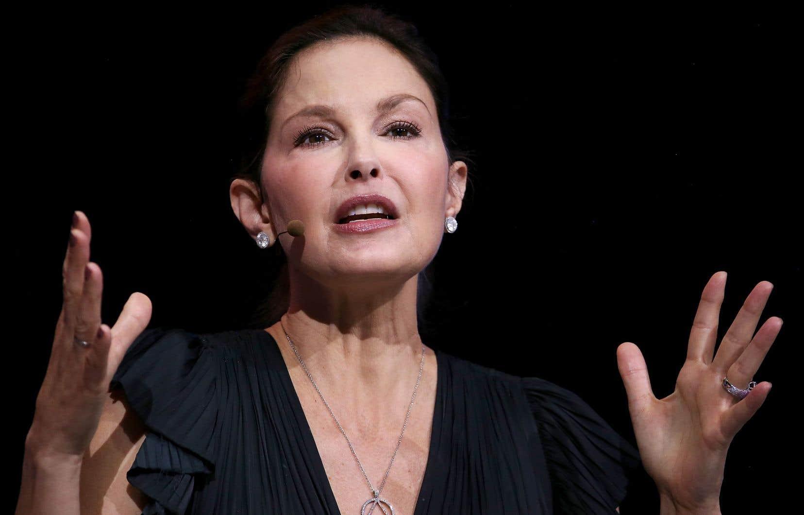 Ashley Judd réclame des dommages et intérêts d'un montant non spécifié.