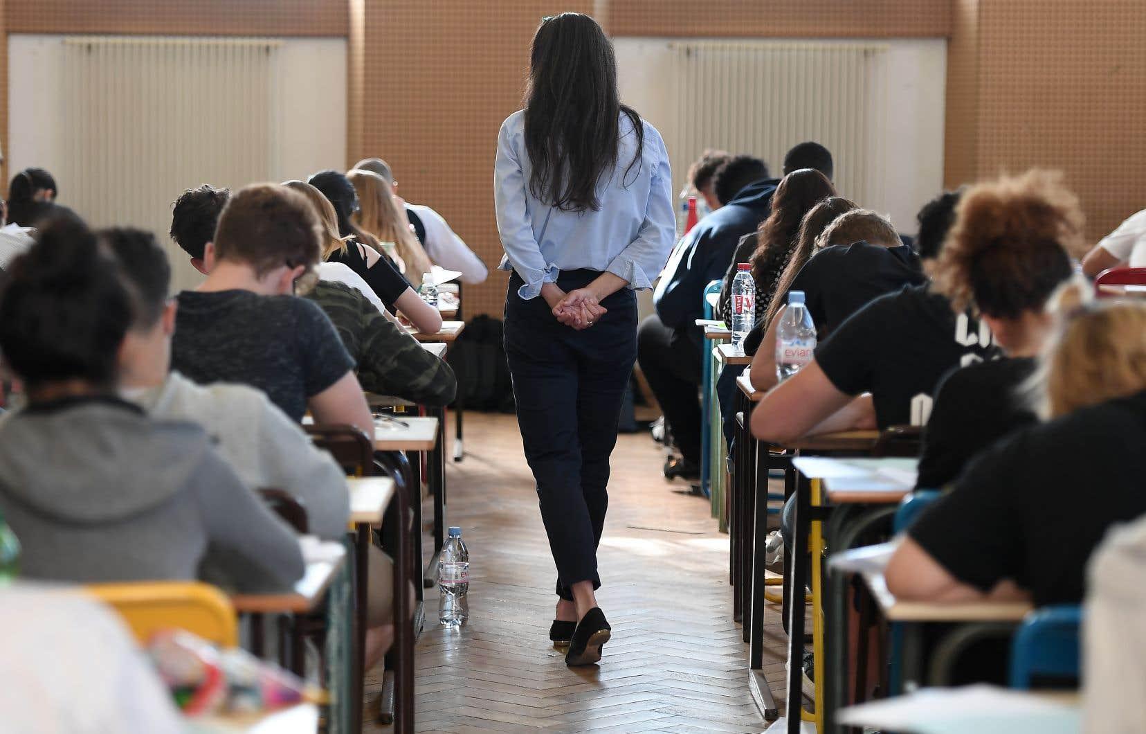 Actuellement, les universités et les cégeps sont appelés à baliser les relations entre les étudiants et les enseignants. De la même manière, l'État doit baliser la neutralité du comportement de ses employés.