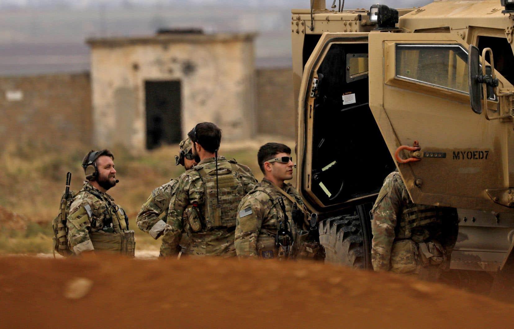 Des soldats américains et des membres des Forces démocratiques syriennes (FDS) patrouillent les rues d'al-Darbasiyah, dans le nord-est de la Syrie.