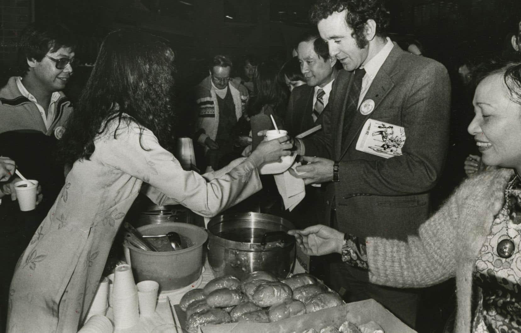 Gérald Godin, alors ministre de l'Immigration, assiste à une fête pour le Nouvel An vietnamien en 1982.