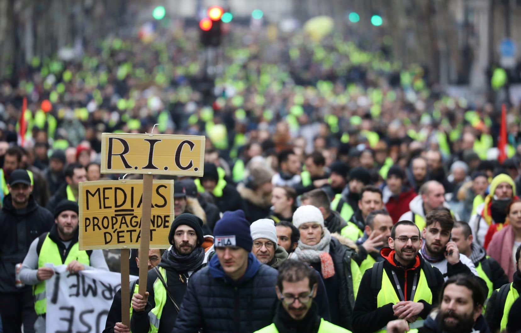 Des manifestants défilent rue Saint-Antoine, près de Saint-Paul, à Paris, le 12 janvier 2019, au cours d'une manifestation antigouvernementale appelée par le mouvement des «gilets jaunes».