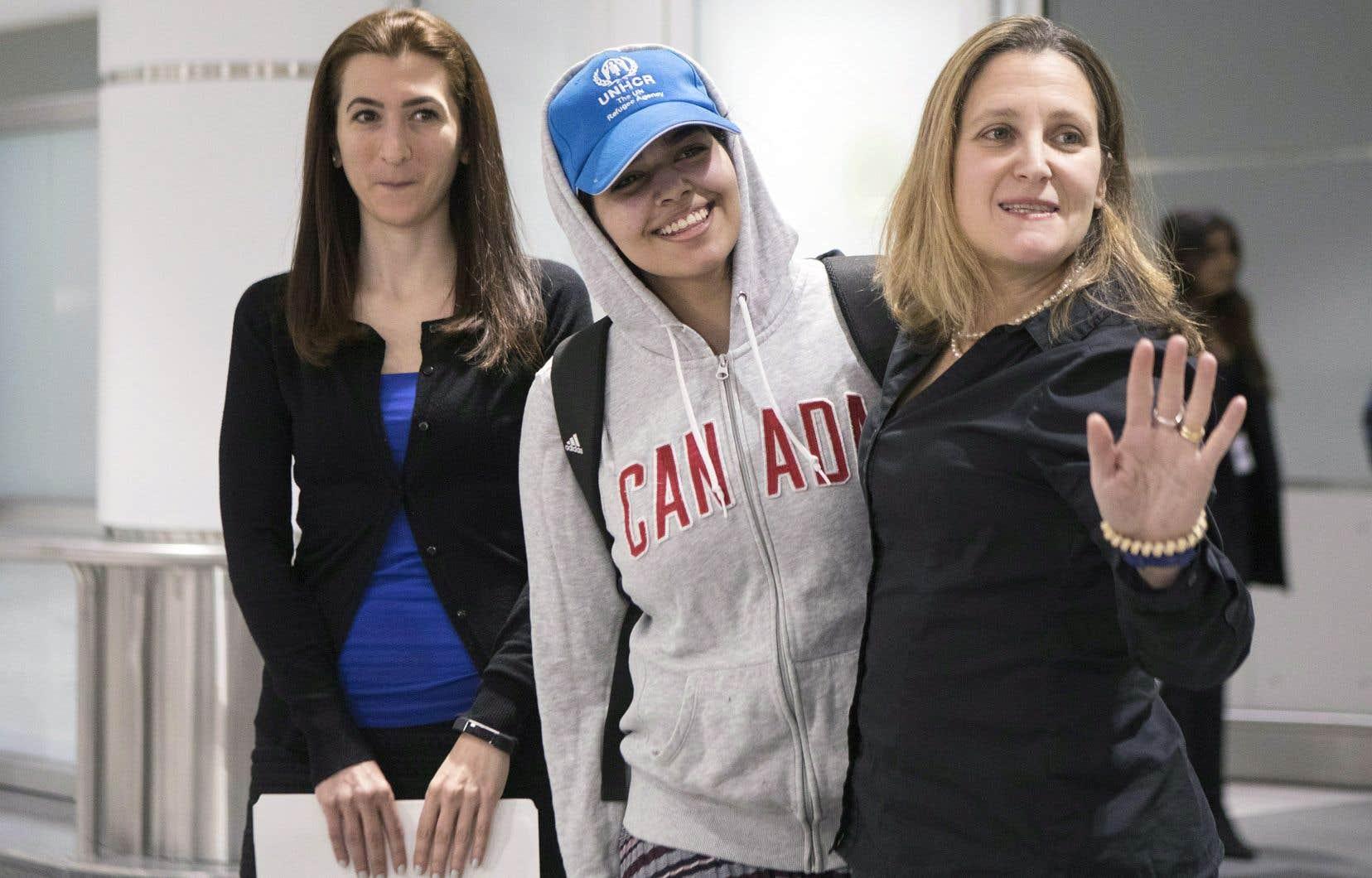 La jeune réfugiée saoudienne Rahaf Mohammed al-Qunun a été accueillie samedi à l'aéroport de Toronto par la ministre des Affaires étrangères, Chrystia Freeland.