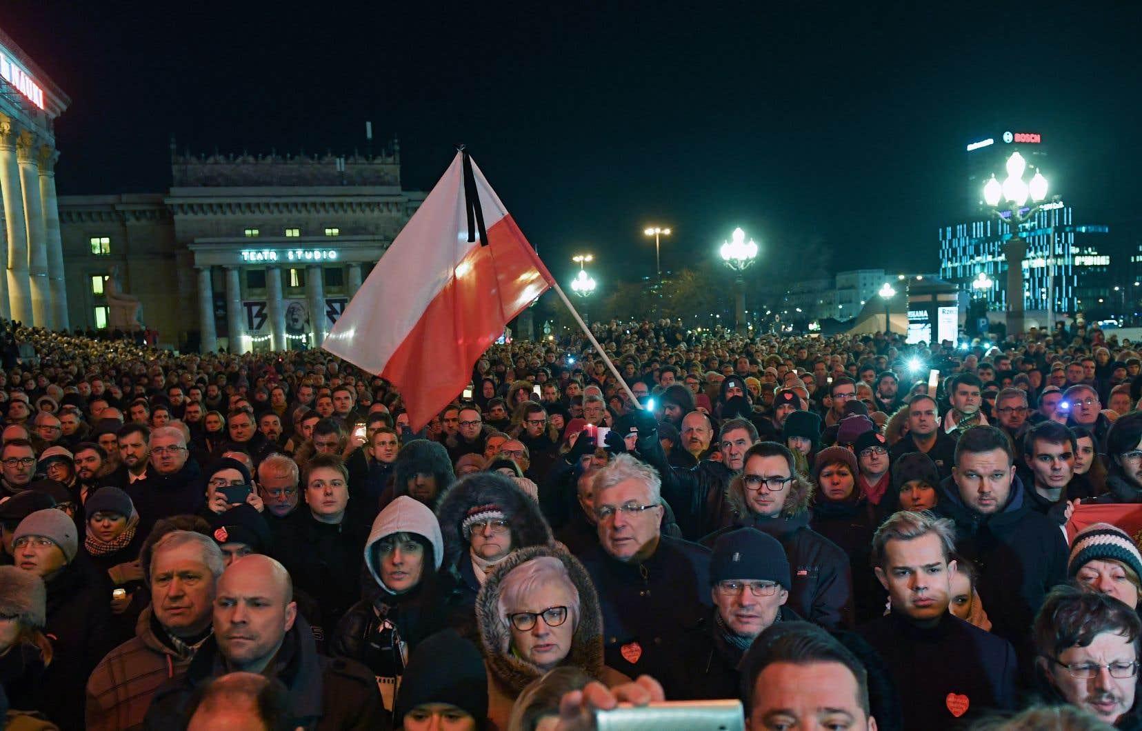 Des milliers de Polonais ont participé lundi soir à des rassemblements contre la violence un peu partout dans le pays, dont à Varsovie.