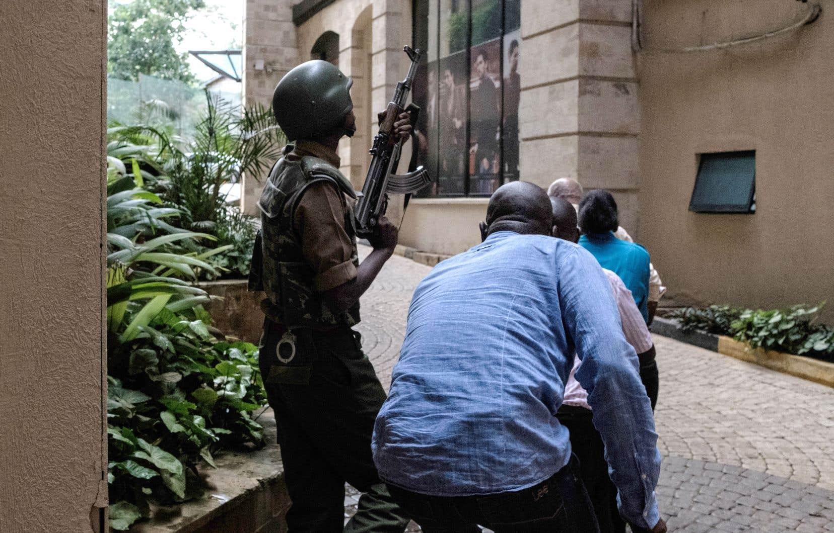 Les occupants du complexe hôtelier ont été évacués par les forces de l'ordre, tout comme de nombreuses personnes du complexe et des immeubles voisins.