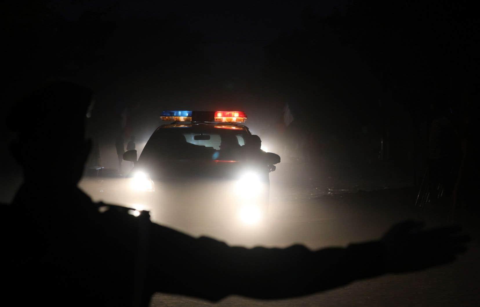 Un policier burkinabé patrouille les rues d'<span>Ouagadougou pendant la nuit.</span>