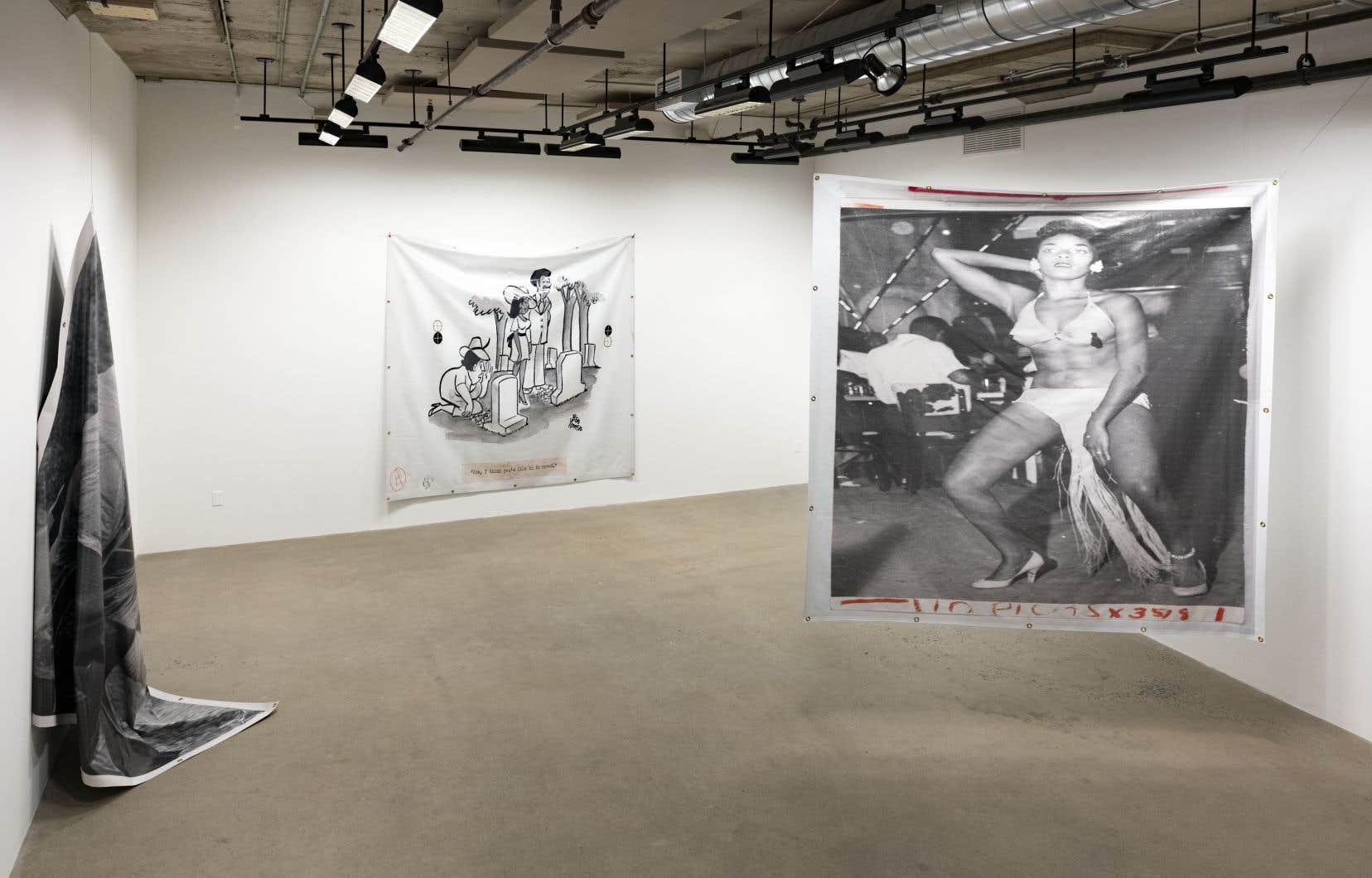Vue de l'expo «The Banner Waves Calmly», de Theaster Gates. La bannière accrochée au mur s'intitule «Death Knows No Peace» et celle suspendue, «Dancehall Dance».