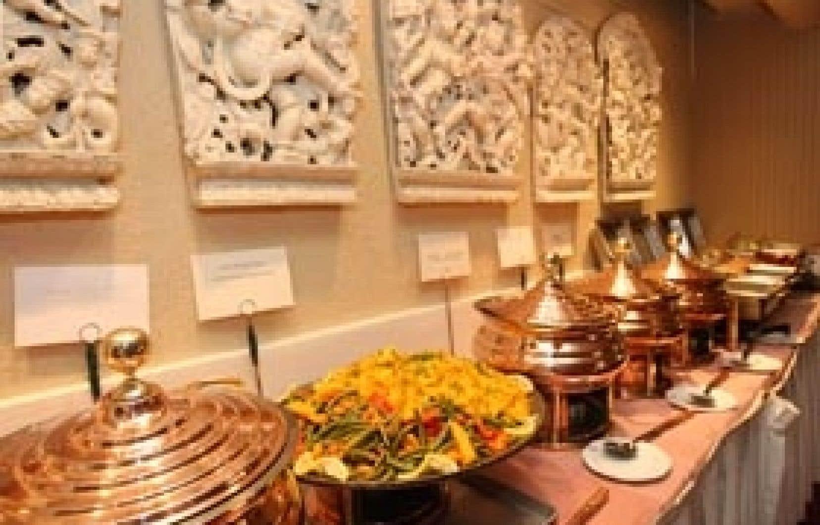 Le midi, la formule du restaurant Le Taj attire les foules, qui pour quelques dollars peuvent se permettre un survol de la cuisine indienne.