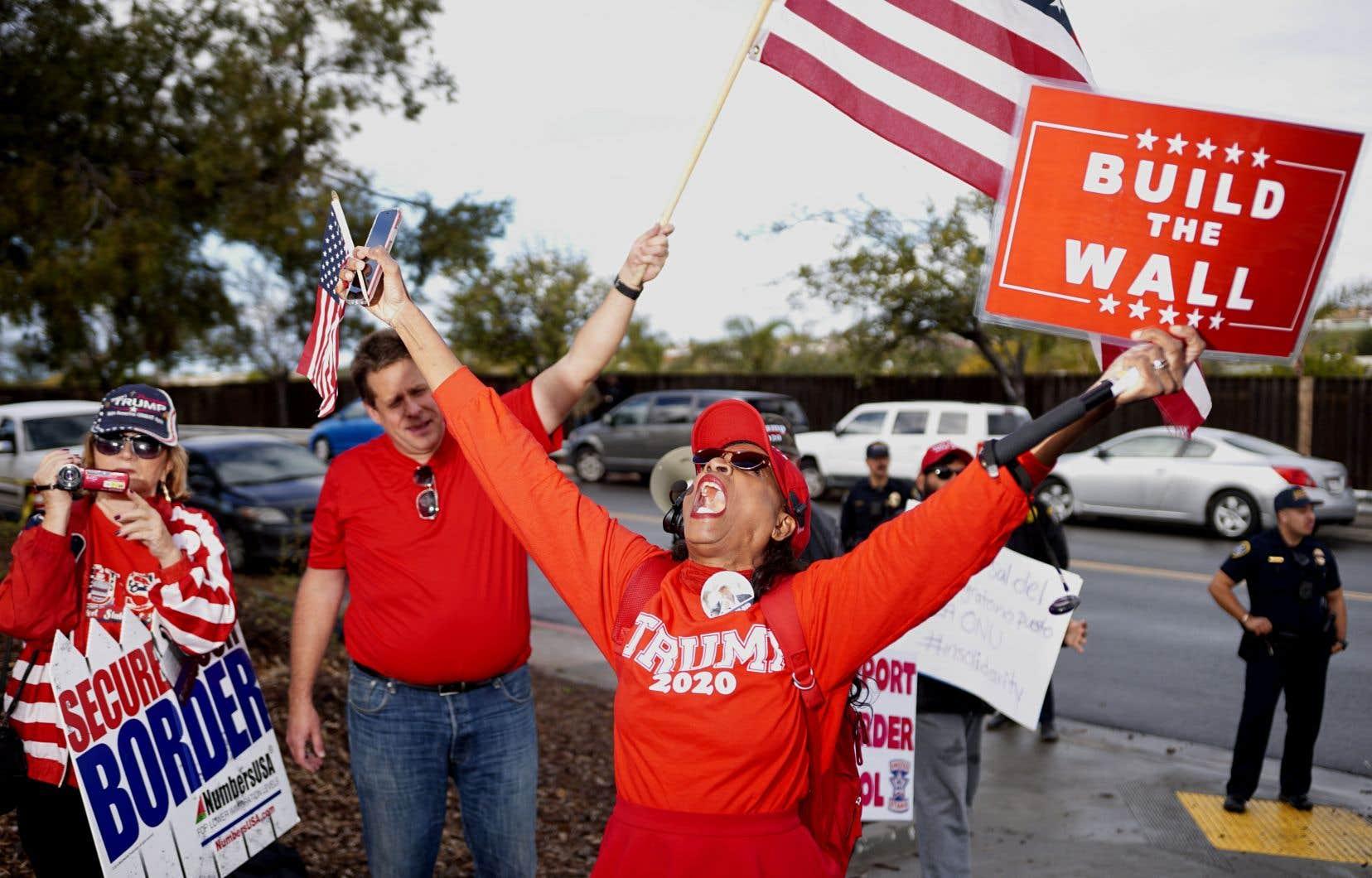 Aux États-Unis, des manifestants témoignent leur appui au président Donald Trump qui, selon l'auteur, invoque la sécurité nationale pour murer la frontière avec le Mexique.