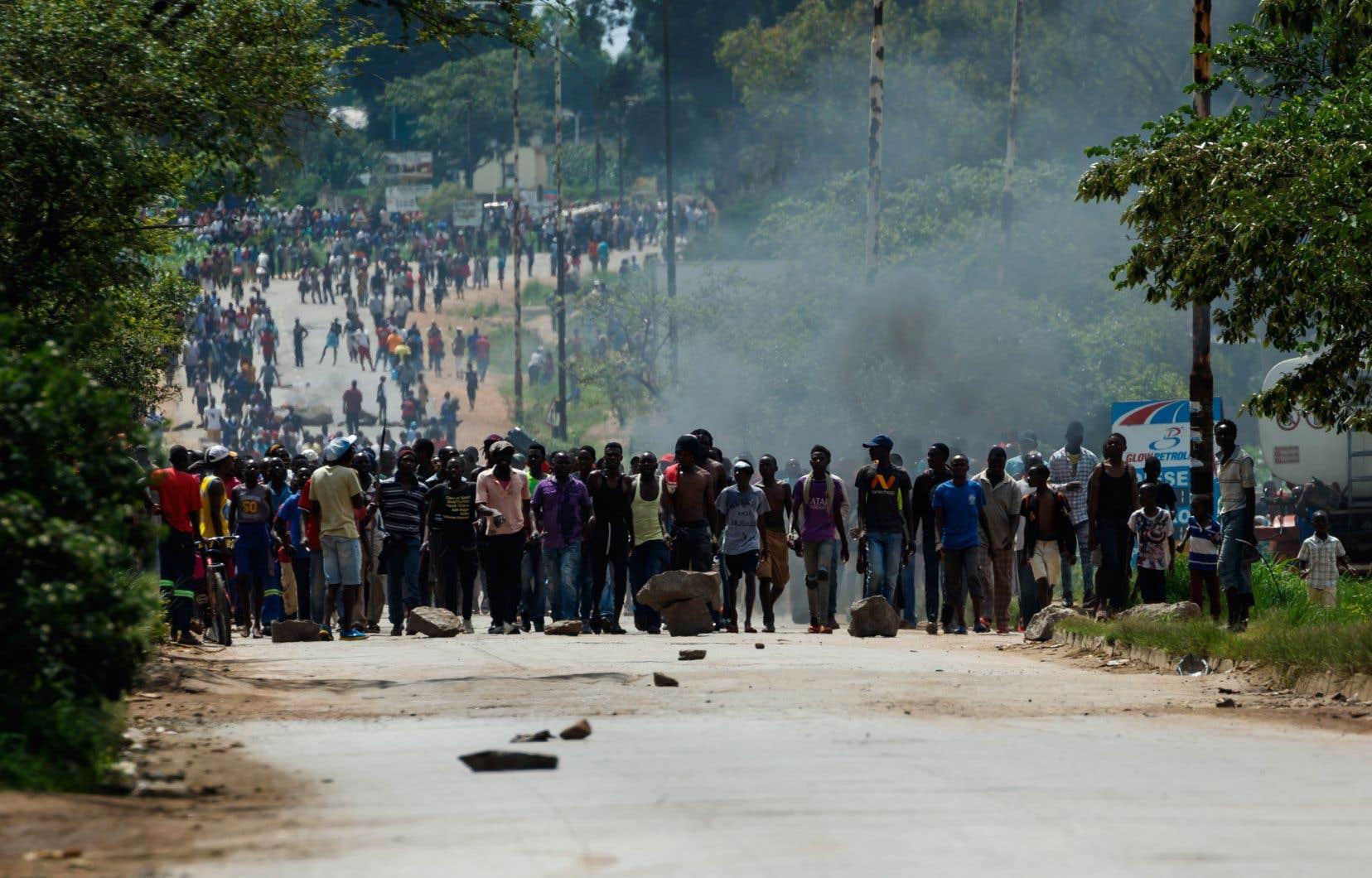 La colère a éclaté lundi au Zimbabwe après l'annonce du doublement des prix des carburants.