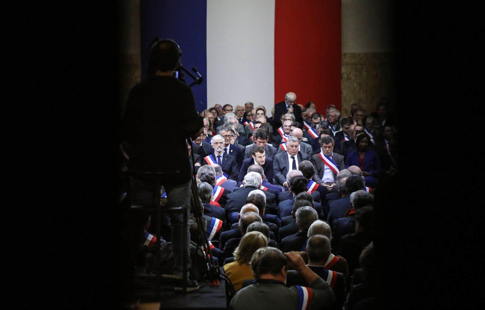 Le président Macron (au centre) s'est adressé à 600 maires de la région française de l'Occitanie, mardi soir, marquant le point de départ d'une vaste consultation qui doit durer trois mois.