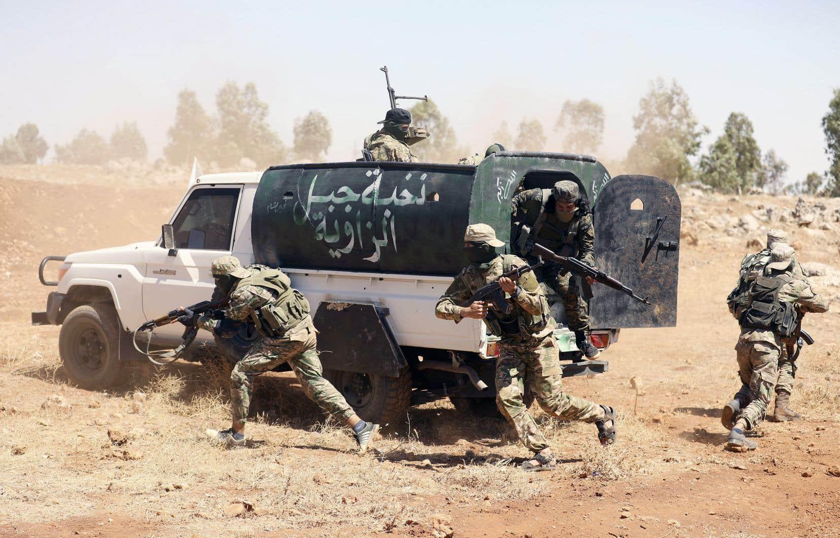 Des combattants du groupe Hayat Tahrir al-Sham s'entraînent avant d'affronter les forces du régime, dans la province d'Idlib, le 14 août.