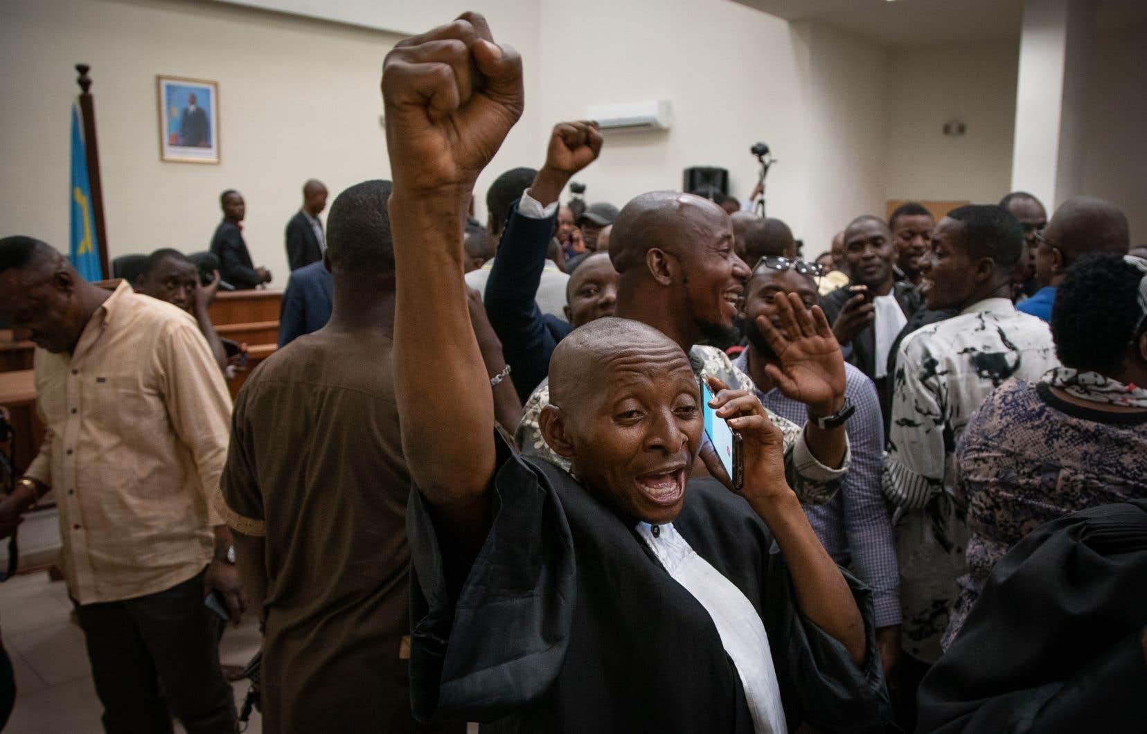 Les avocats représentant Felix Tshisekedi célèbrent après l'annonce des juges de la Cour constitutionnelle qui ont invalidé l'appel de Martin Fayulu et confirmé la victoire de Tshisekedi à l'élection présidentielle.