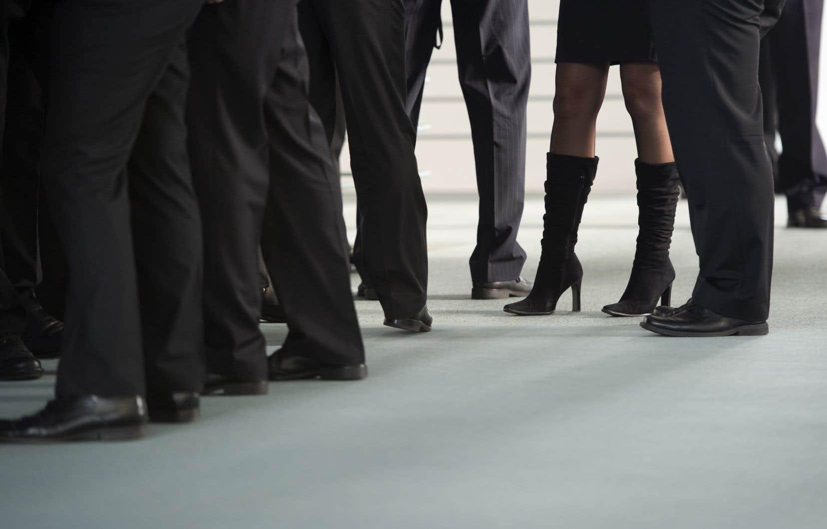 Les travailleuses dans la tranche supérieure de 1% sont plus jeunes et plus scolarisées que leurs homologues masculins.