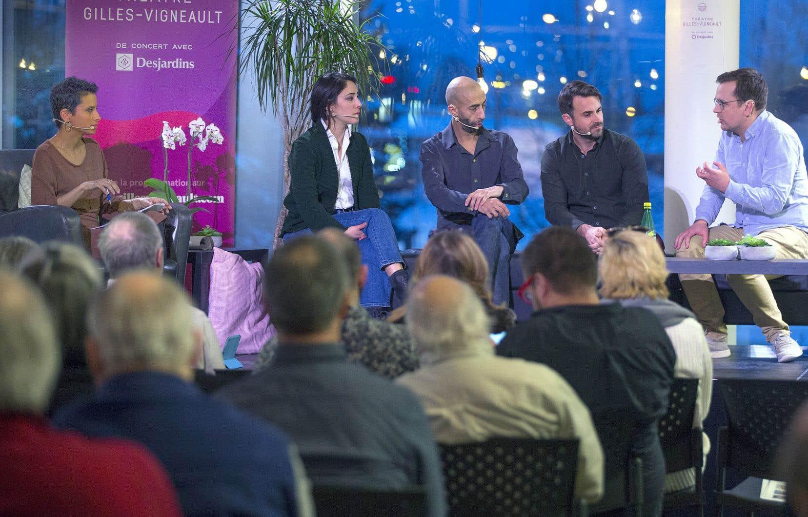 L'animatrice et journaliste Noémi Mercier (à gauche) a animé la discussion entre les panélistes et le public.