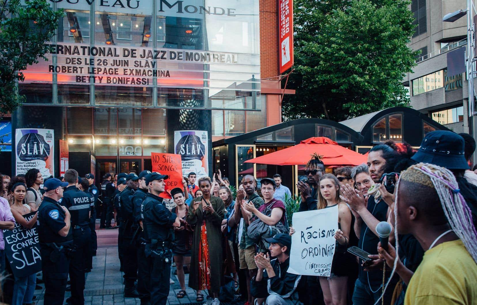 Manifestation lors de la première de la pièce de théâtre «SLAV» de Robert Lepage