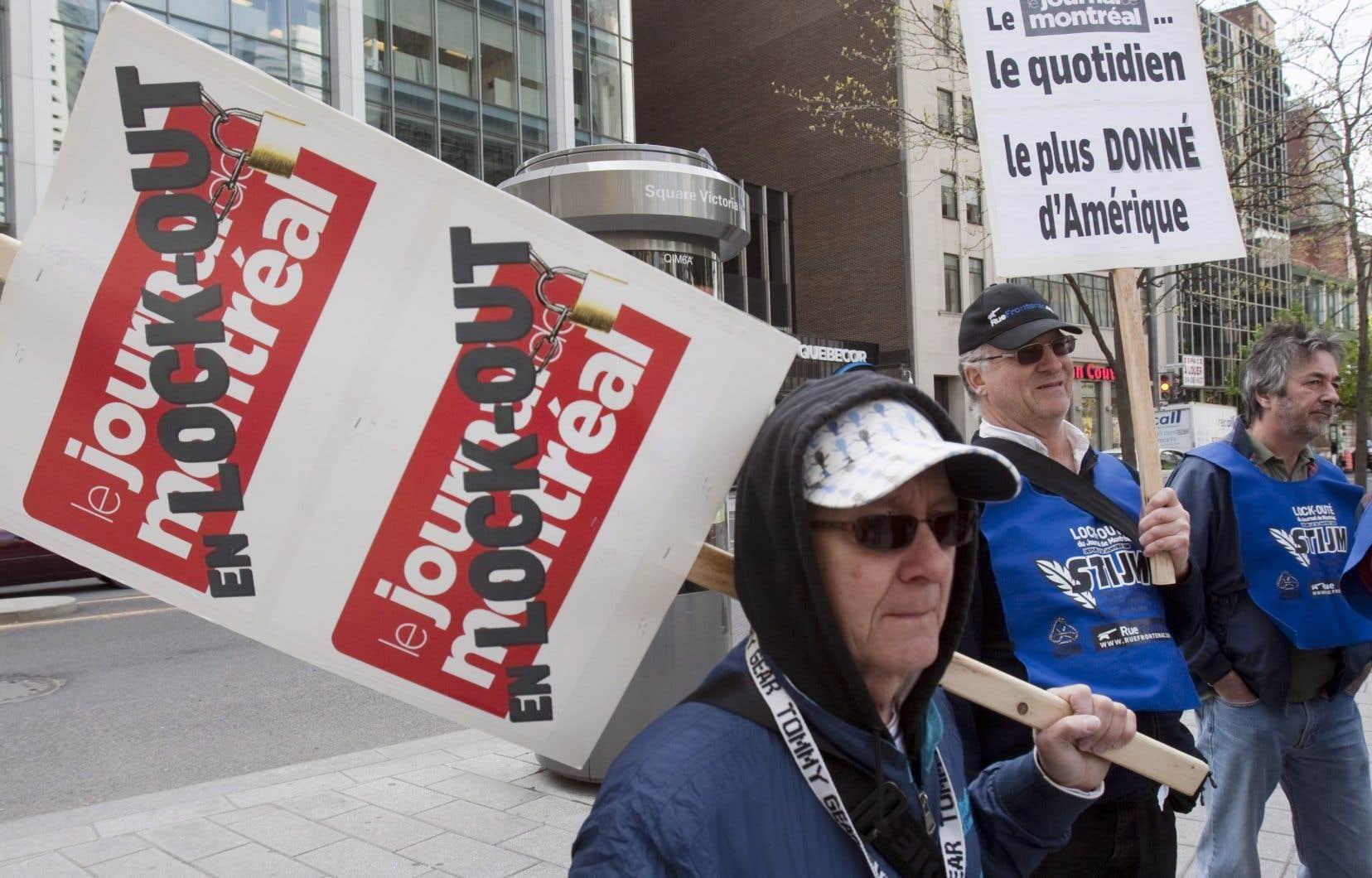 Des employés en lock-out du «Journal de Montréal» manifestent devant l'assemblée annuelle de Quebecor à Montréal le 12 mai 2010.